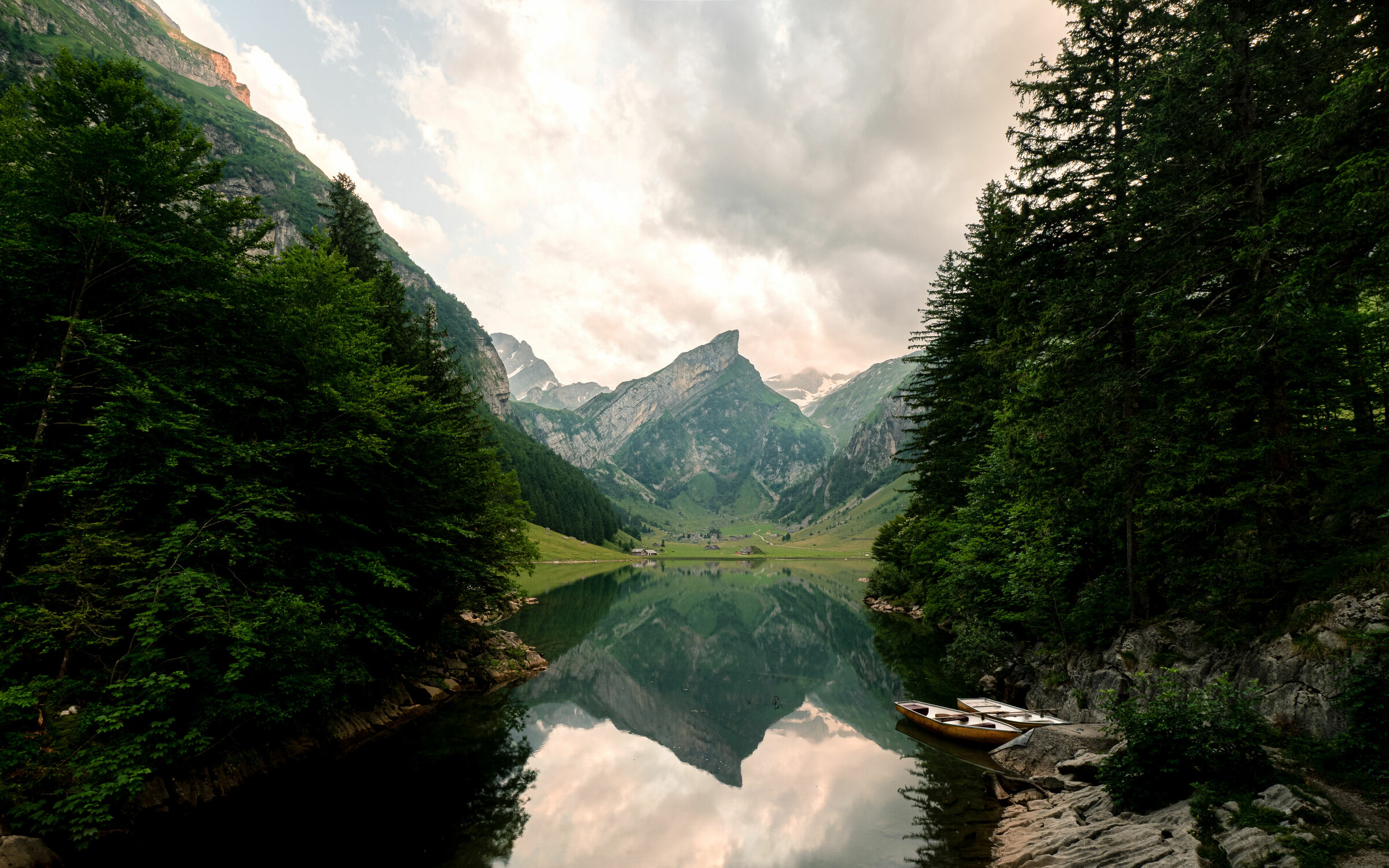 Bild mit Berge, Seen, Sonnenuntergang, Alpen, Boote, Bergsee, Spiegelung, Gebirge, Schweiz, Seealpsee