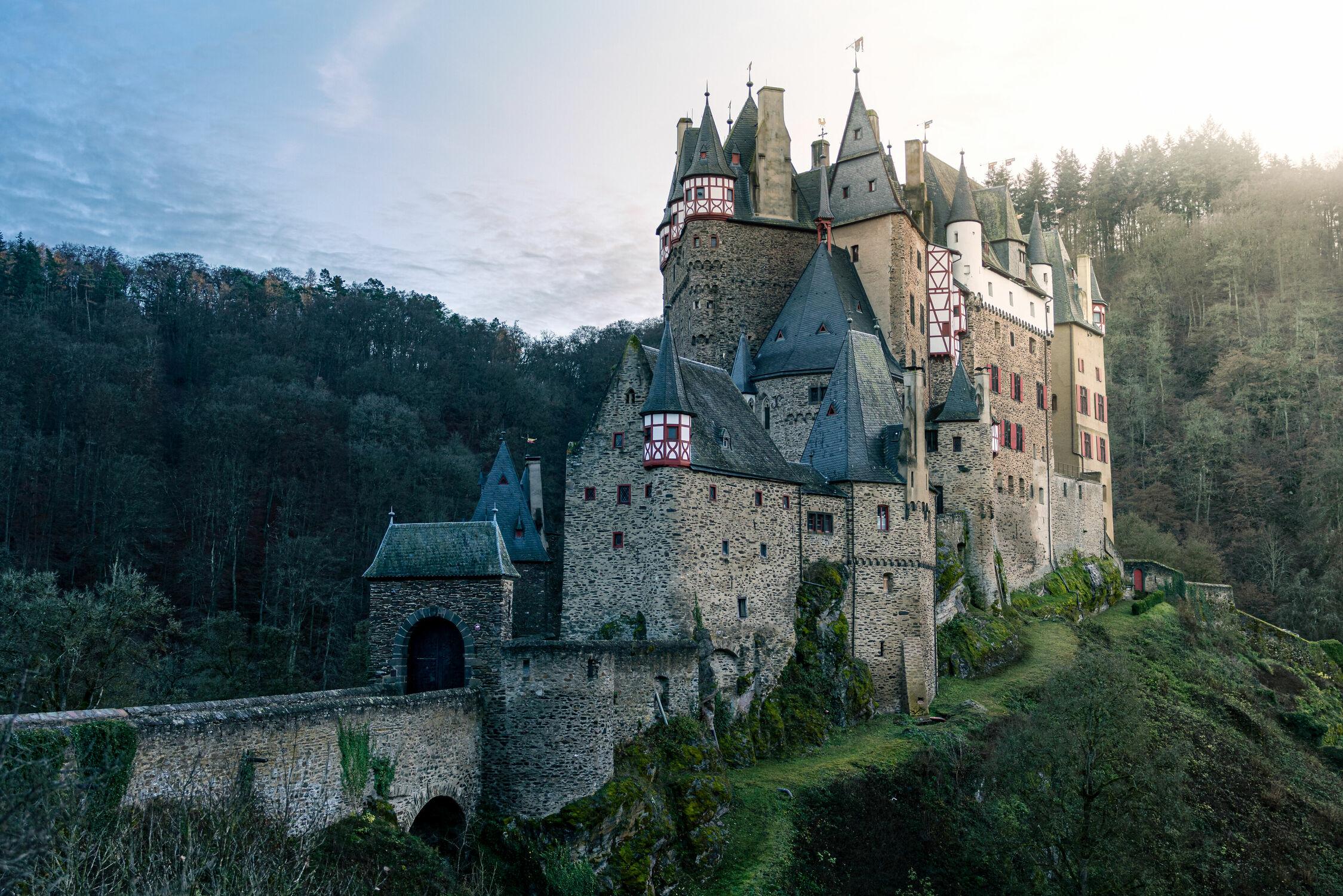 Bild mit Berge, Bäume, Sonnenuntergang, Sonnenaufgang, Schloss, Wald, Burg, Gegenlicht, Historische Gebäude, Burg Eltz