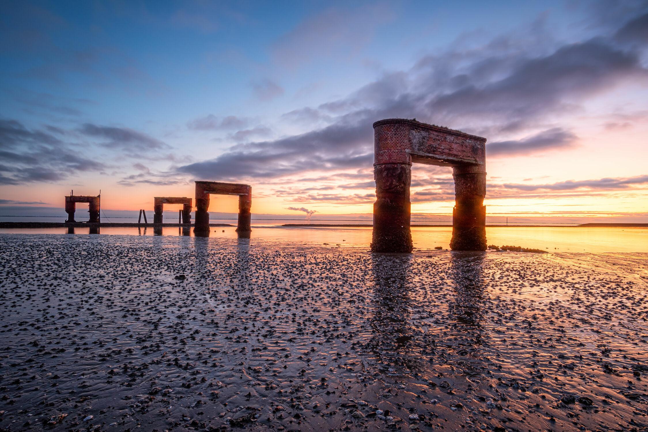 Bild mit Sonnenuntergang, Sonnenuntergang, Bauwerke, Meer, Nordsee, Küste, Historisch, Ostfriesland, Ebbe, Fähranleger