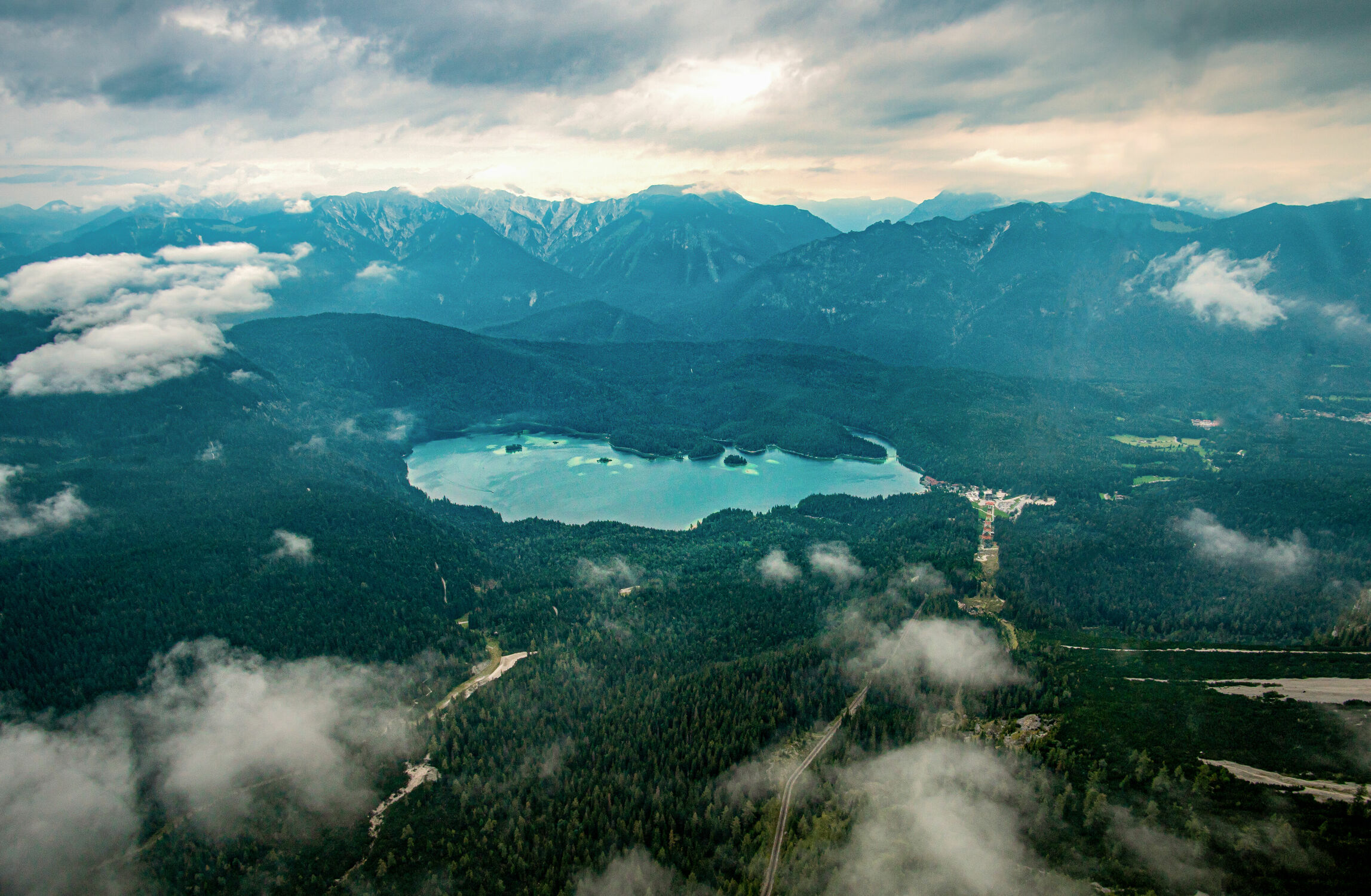 Bild mit Berge, Wolken, Seen, Wald, Landschaft, Bergsee, Bayern, Zugspitze, Eibsee, Berchtesgarden