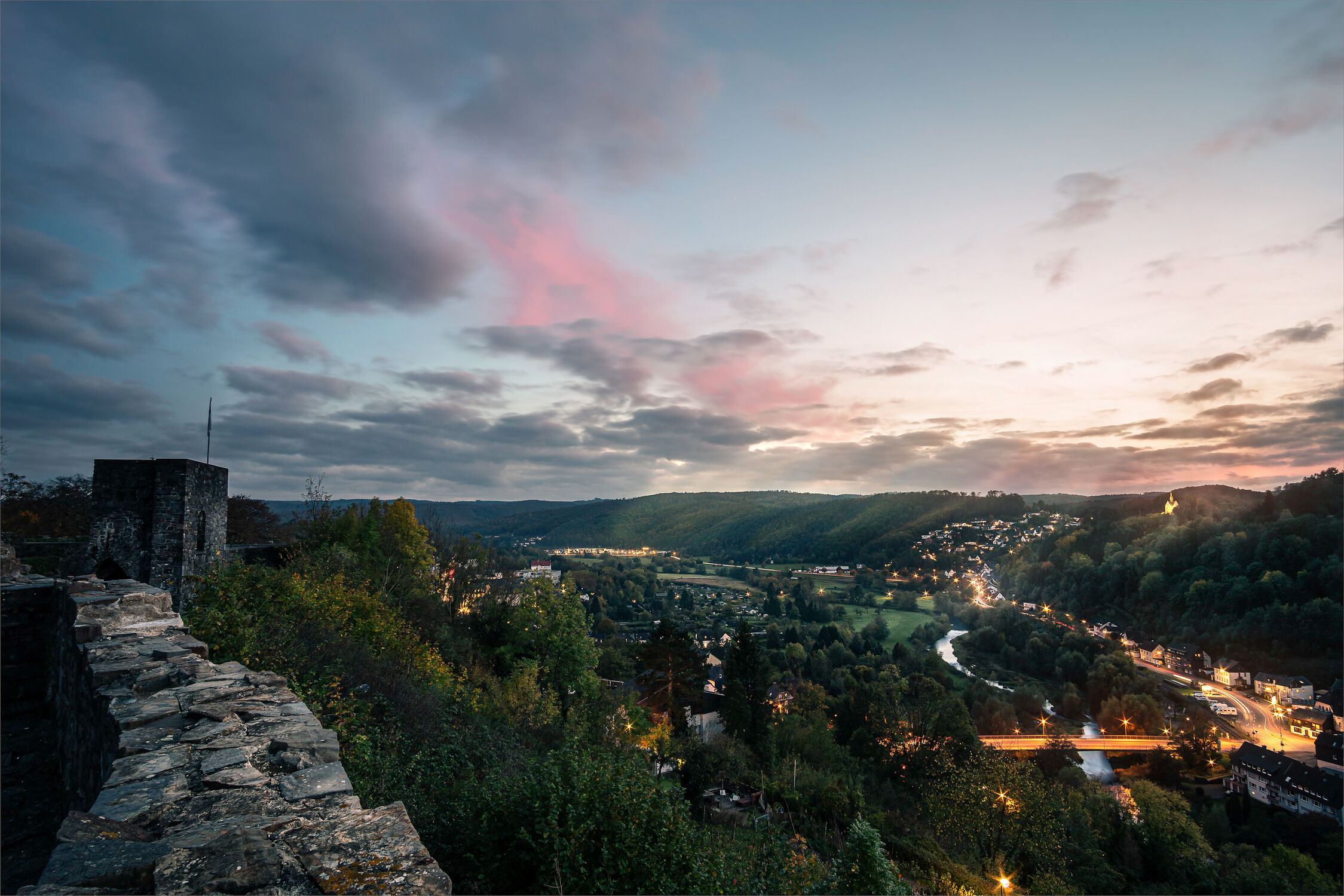 Bild mit Berge, Bäume, Sonnenuntergang, Sonnenaufgang, Landschaft, Burg, dorf, aussicht, Sauerland