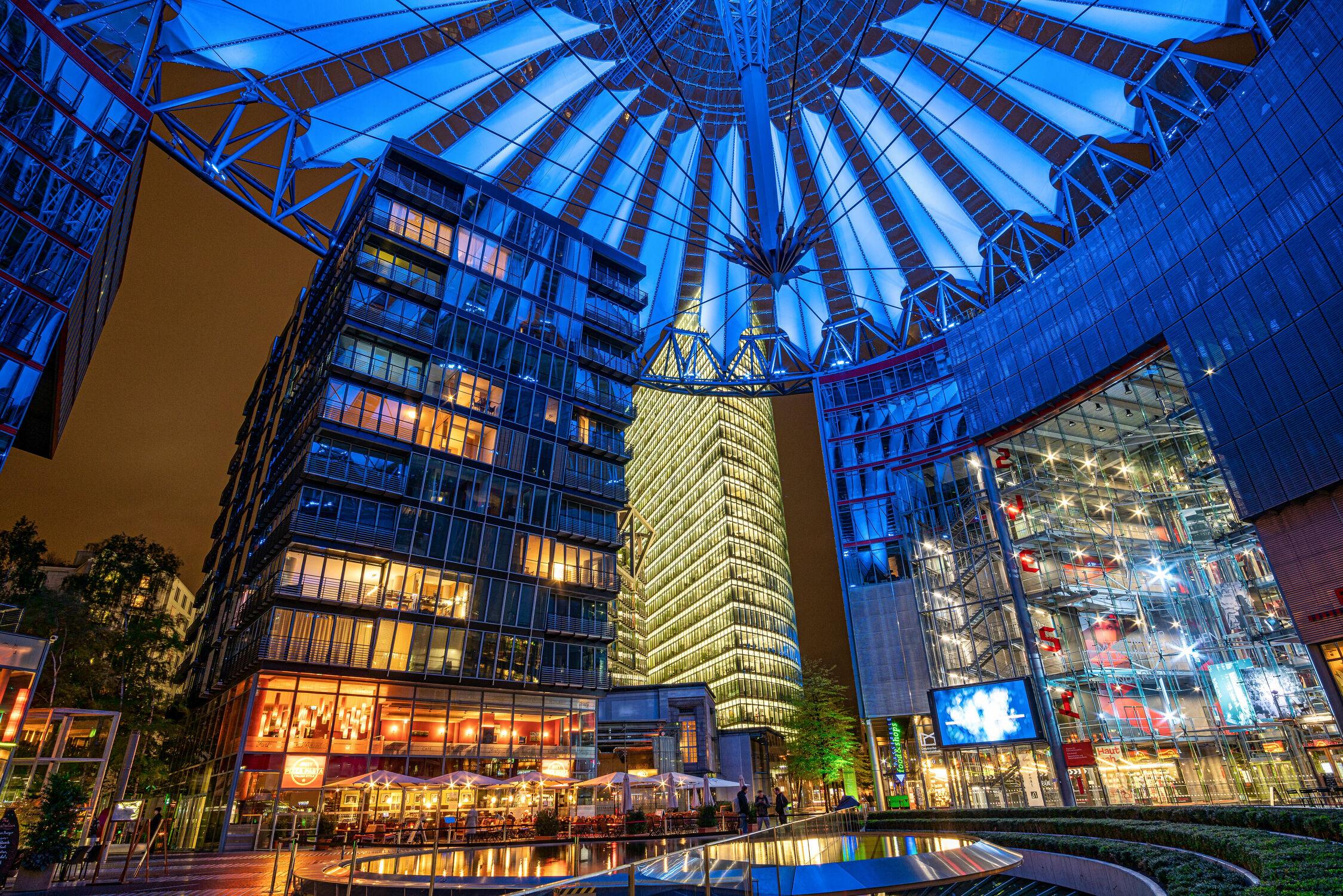 Bild mit Architektur, Blau, Berlin, Stadt, Licht, Bunt, Skylines & Hochhäuser, Nacht