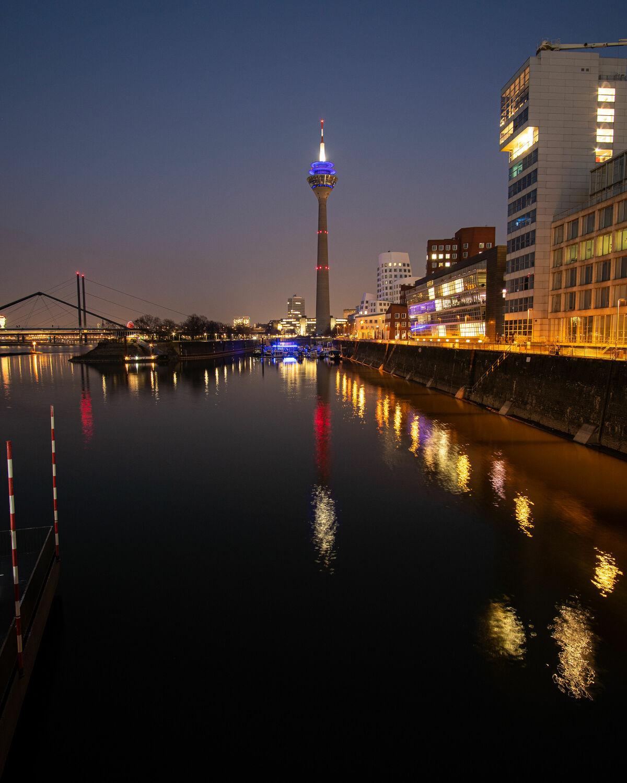 Bild mit Wasser, Architektur, Häfen, Spiegelung, turm, Nacht, Düsseldorf, Medienhafen, NRW