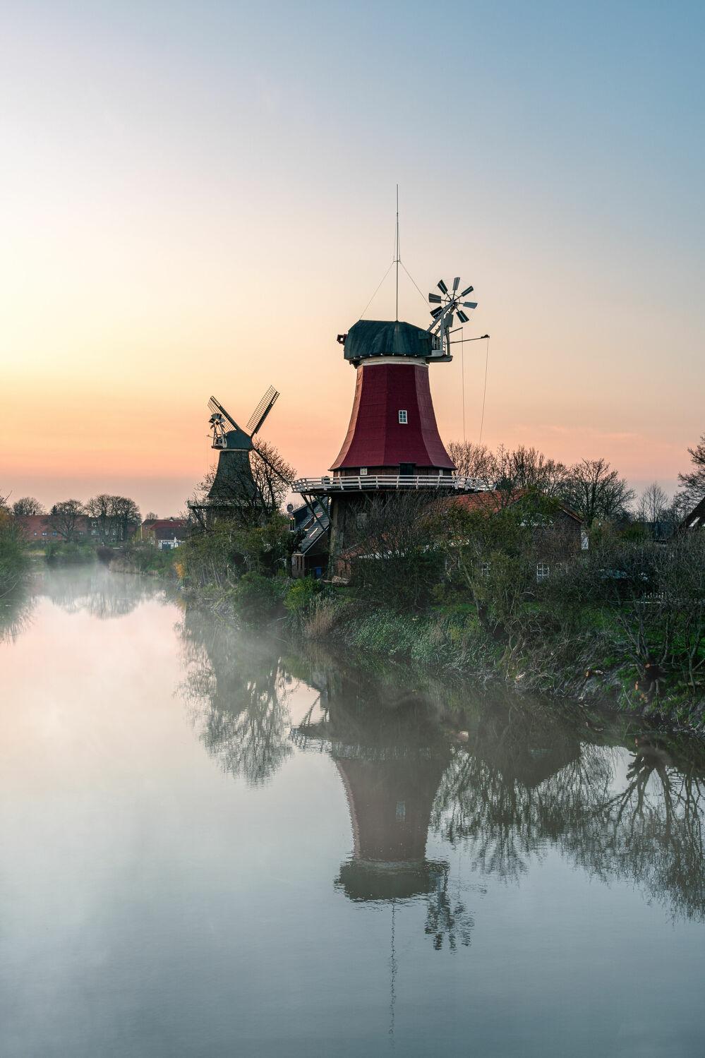 Bild mit Sonnenaufgang, Nebel, Landschaft, See, Ostfriesland, Fluss, Mühle, Morgens