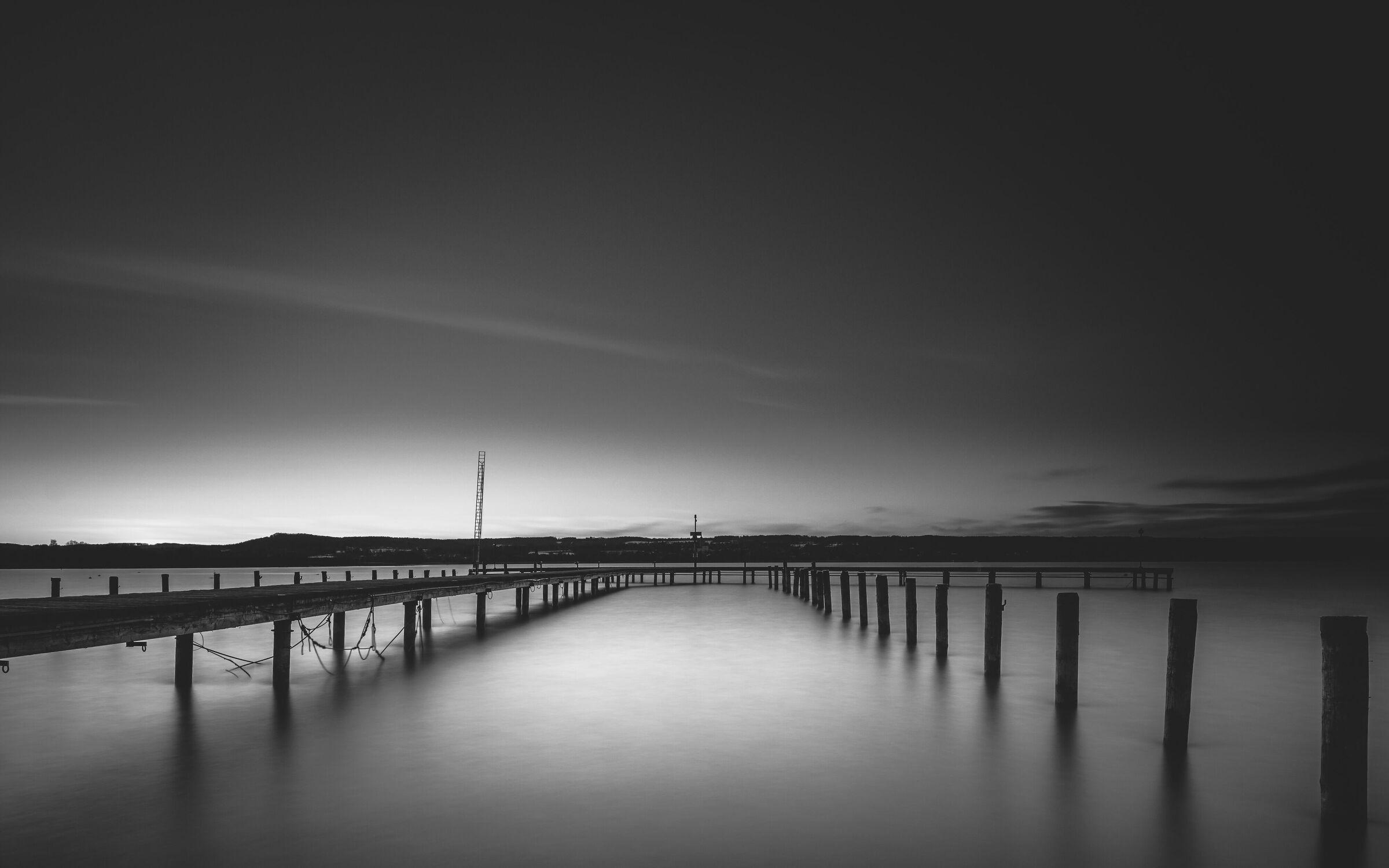 Bild mit Landschaften, Deutschland, Bootssteg, schwarz & weiss, Schwarz/Weiß Fotografie, Langzeitbelichtung, Ammersee