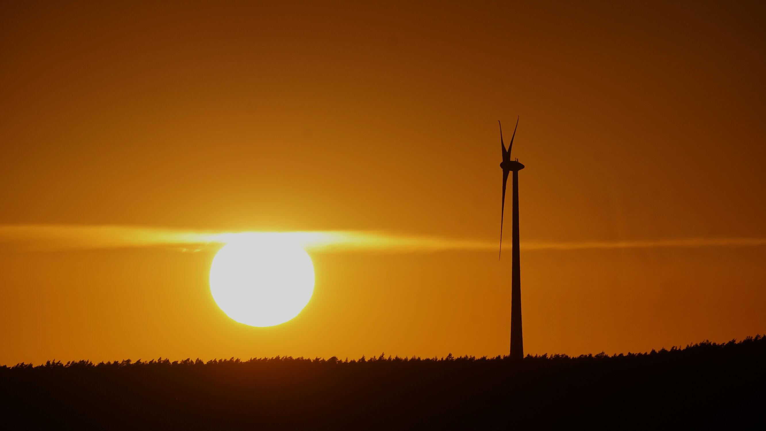Bild mit Sonnenuntergang, Sonnen Himmel, Sonnenschein, Windräder, windrad