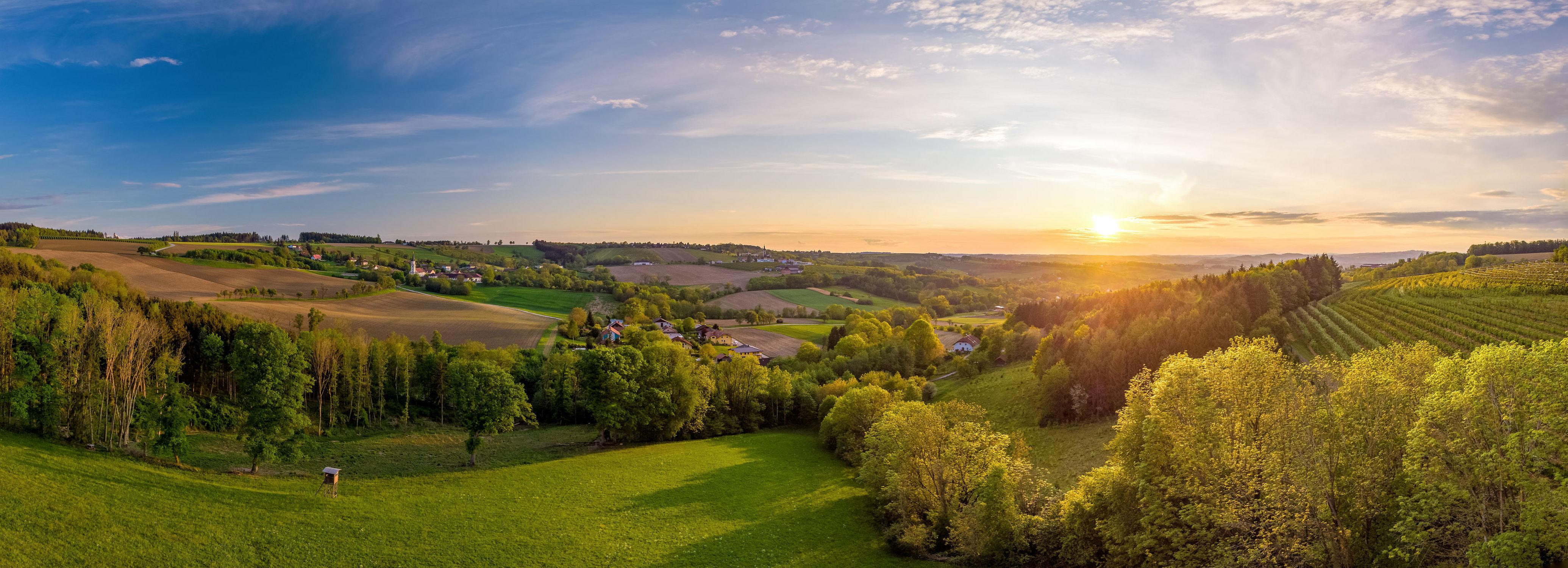 Bild mit Grün, Himmel, Bäume, Horizont, Sonnenuntergang, Österreich, Panorama, Landschaft, Felder, weite, Abendstimmung, Schatten, Oberösterreich, Scharten