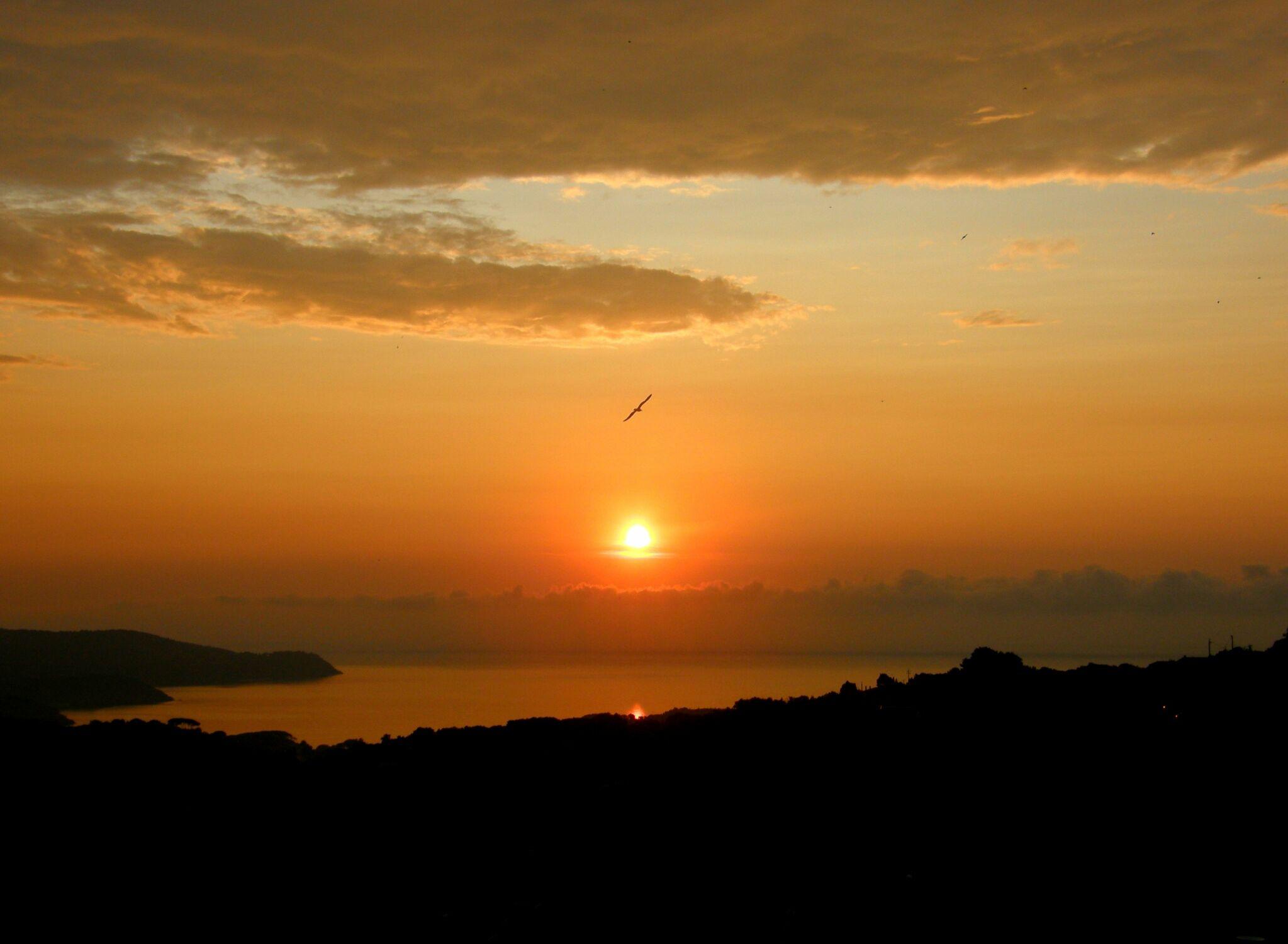 Bild mit Himmel, Gewässer, Strände, Wellen, Sonnenuntergang, Sonnenaufgang, Sonne, Strand, Meer, Insel, berg, ozean