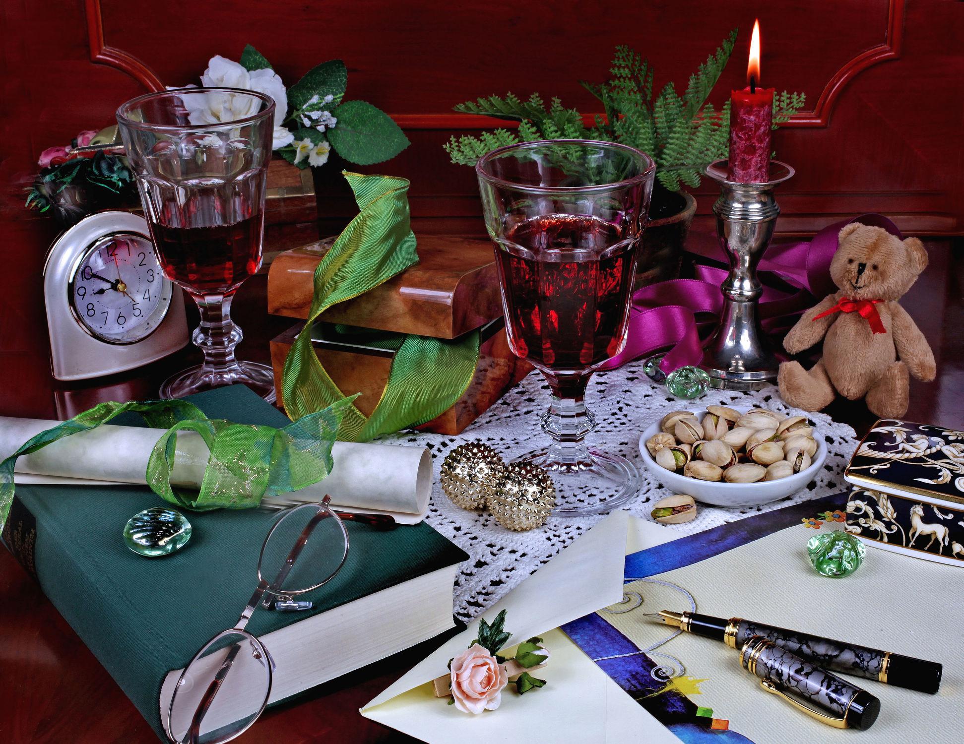 Bild mit Trinken, Uhr, Blume, Kerze, Kerzenschein, Nüsse, Wein, Getränk, Pistazien, Feierabend, briefpapier, brief, rotwein, rotweinglas, Teddy, Buch, Lesen, brille, lesebrille, teddybär, federhalter