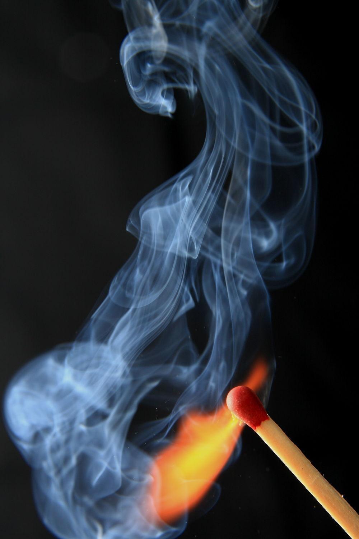 Bild mit Feuer, Flammen, Experimente, Rauch, Qualm, flamme, brennen, brand, streichholz, streichhölzer