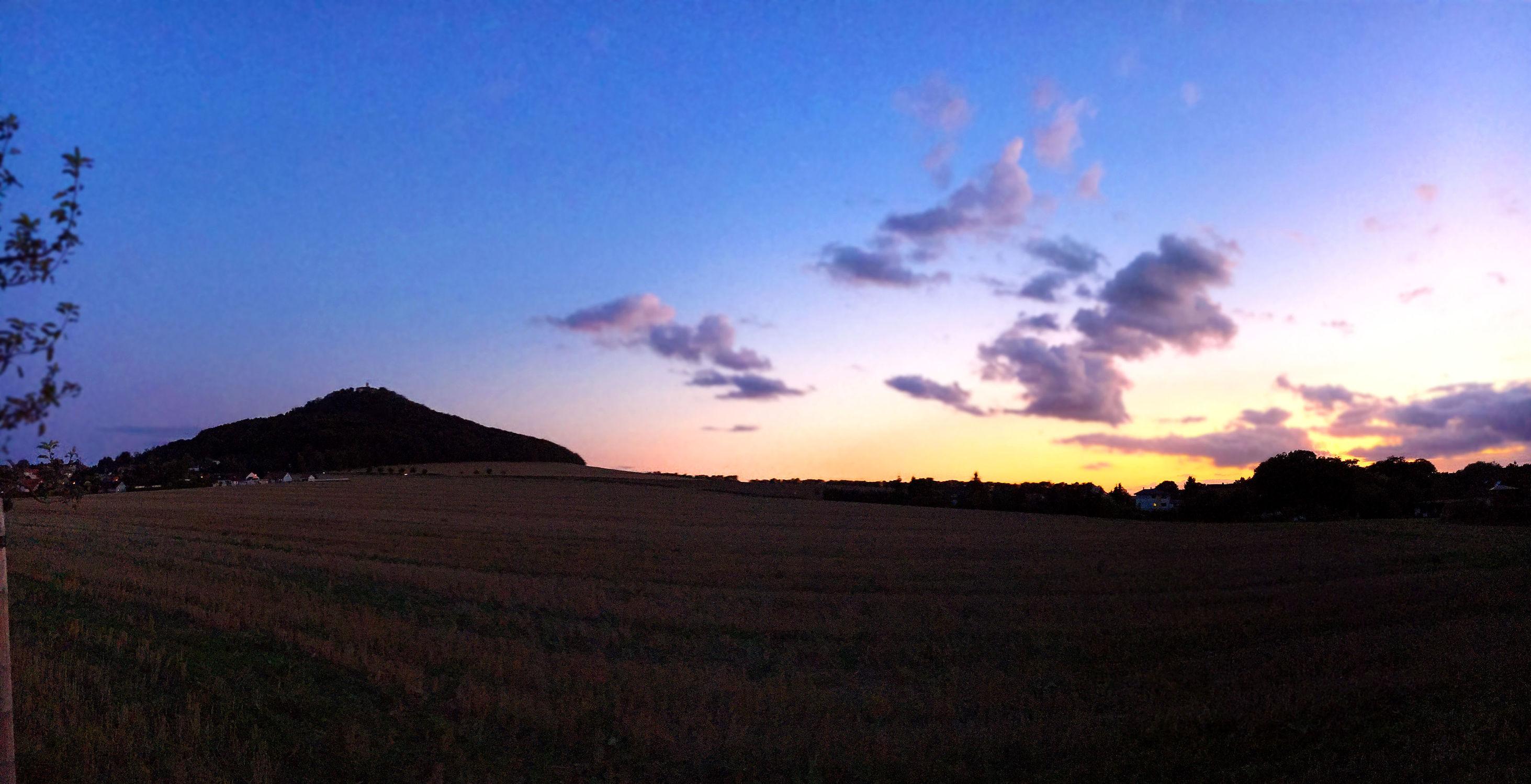 Bild mit Wolken, Horizont, Sonnenuntergang, Dämmerung, Panorama, Sunset, Sky, Görlitz, Landeskrone, Sedło, Hausberg, Ausflugsziel, Blick auf Görlitz, Oberlausitz, Landschaftspanorama, Sky panorama