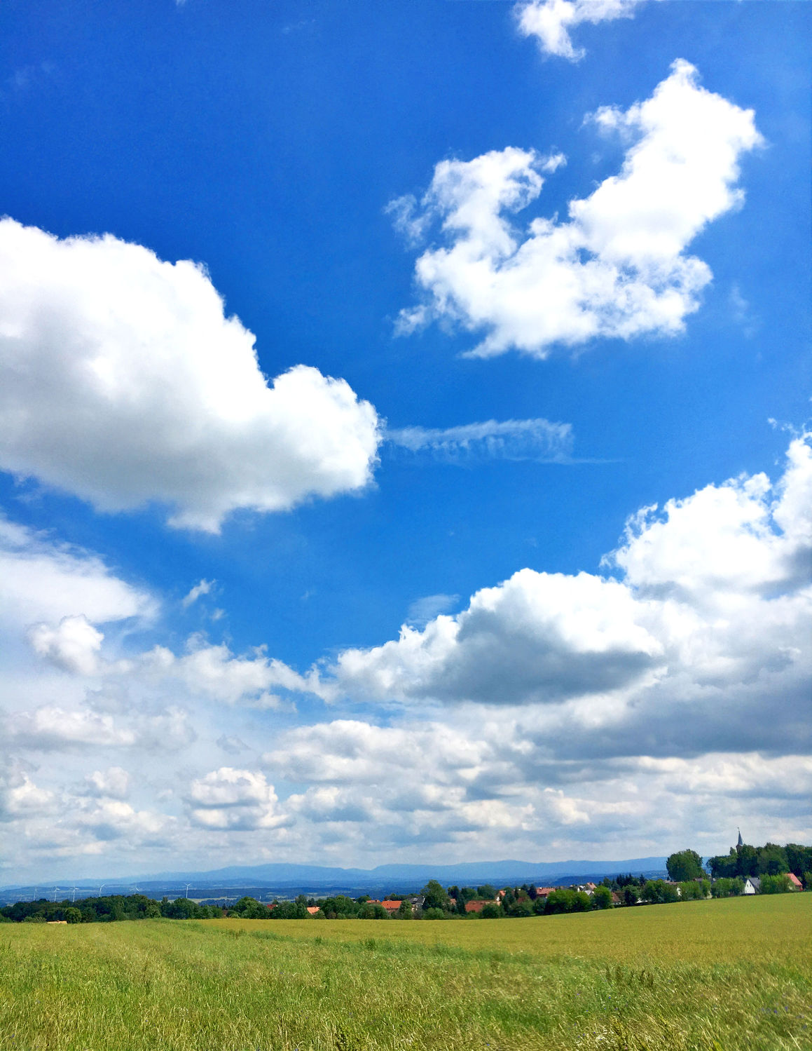 Bild mit Natur, Wolken, Blau, Wolkenhimmel, Landschaft, Sky, Wolken am Himmel, Himmel Panorama, Wolkenhimmel Panorama, Weitblick, Wolken Himmel, cloud, clouds, Feld, Feldblick