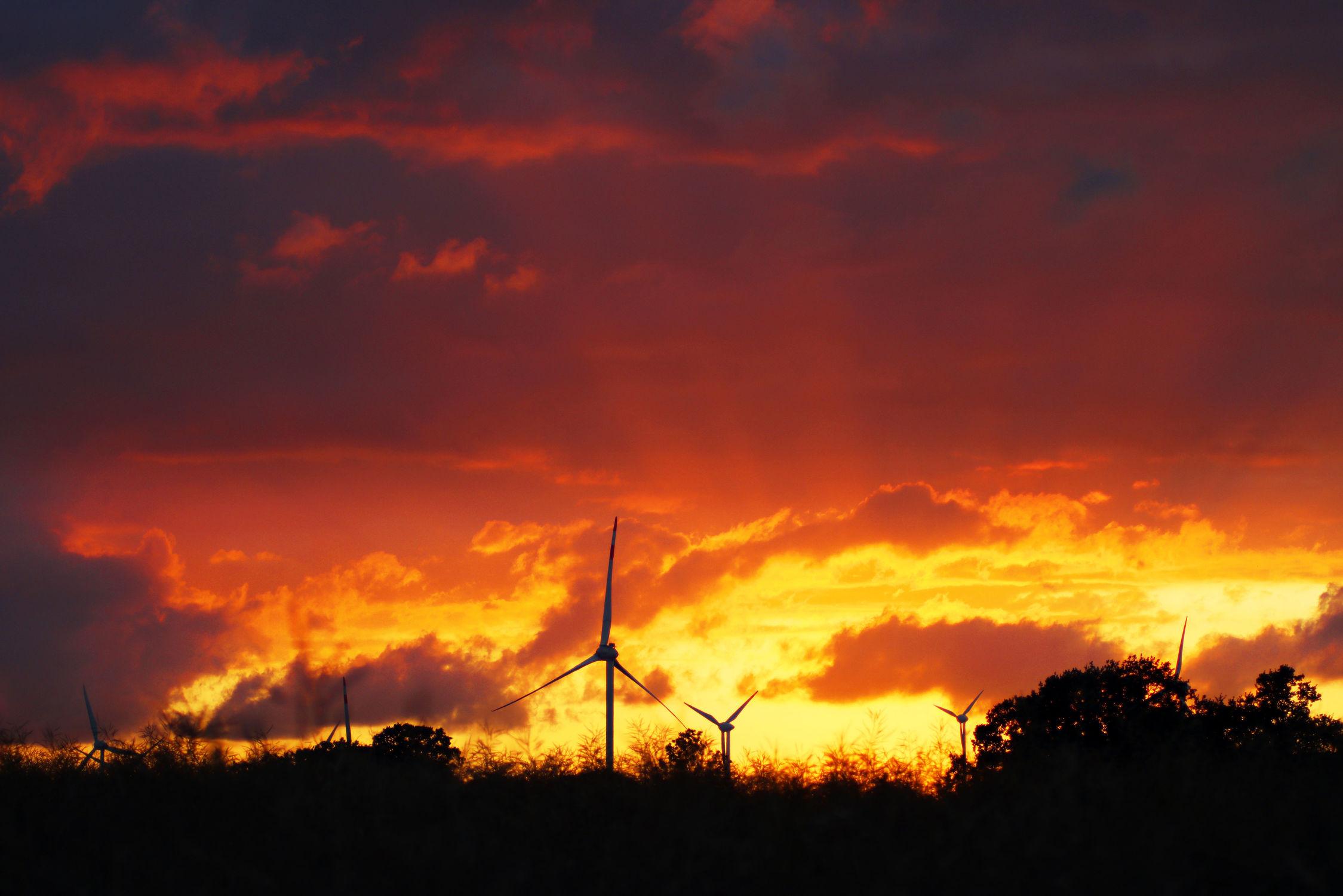 Bild mit Himmel, Sonnenuntergang, Sonnenaufgang, Dämmerung, Landschaft, Sunset, Abend, Abendlicht, Abenddämmerung, Abendstimmung, Abendhimmel, Windräder, windrad, brennender Himmel, Feuerrot