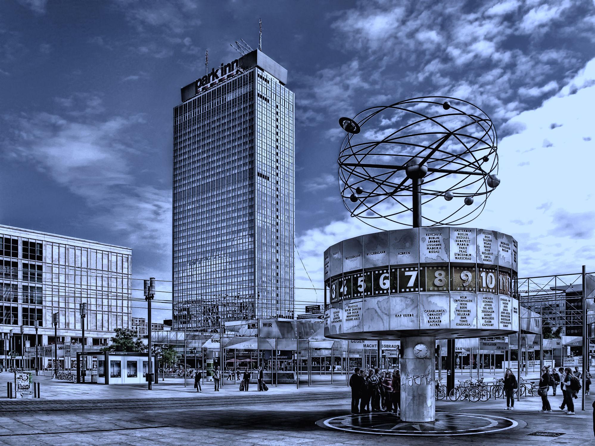 Bild mit Menschen, Architektur, Gebäude, Städte, Berlin, Alexanderplatz, Stadt, City, modern, Verkehr, Hauptstadt, Tourismus, Weltuhr, zeitlos, Ampel, Passanten, am Alex, Alexplatz