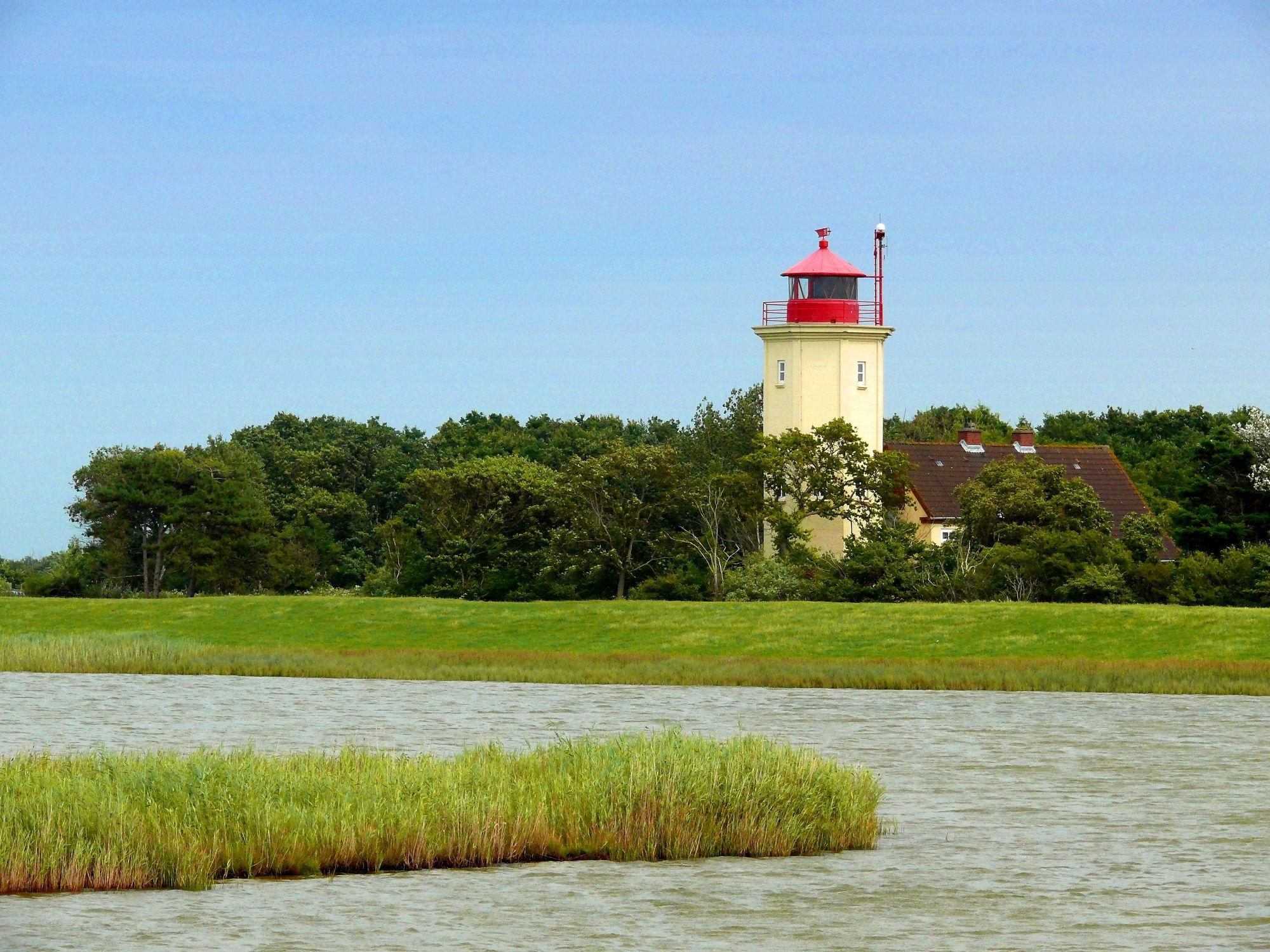Bild mit Wasser, Flüsse, Leuchttürme, Ostsee, Meer, Wiese, Wiesen, Seefahrt, Fluss, Leuchtturm
