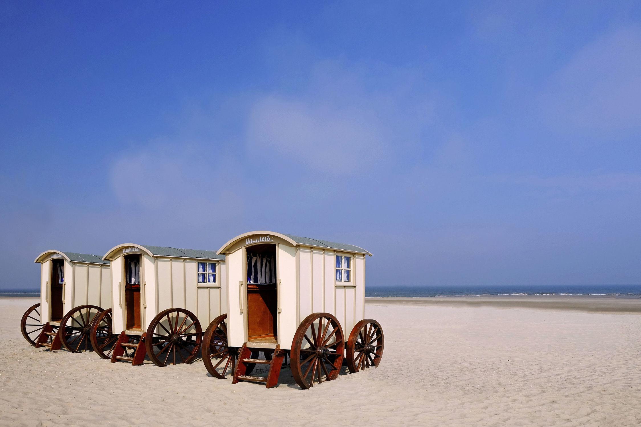 Bild mit Strände, Urlaub, Sommer, Sonne, Strand, Meerblick, Meer, Küste, Ostfriesische Inseln, Ausspannen, Relaxen, Norderney, Norderney, Umkleidewagen