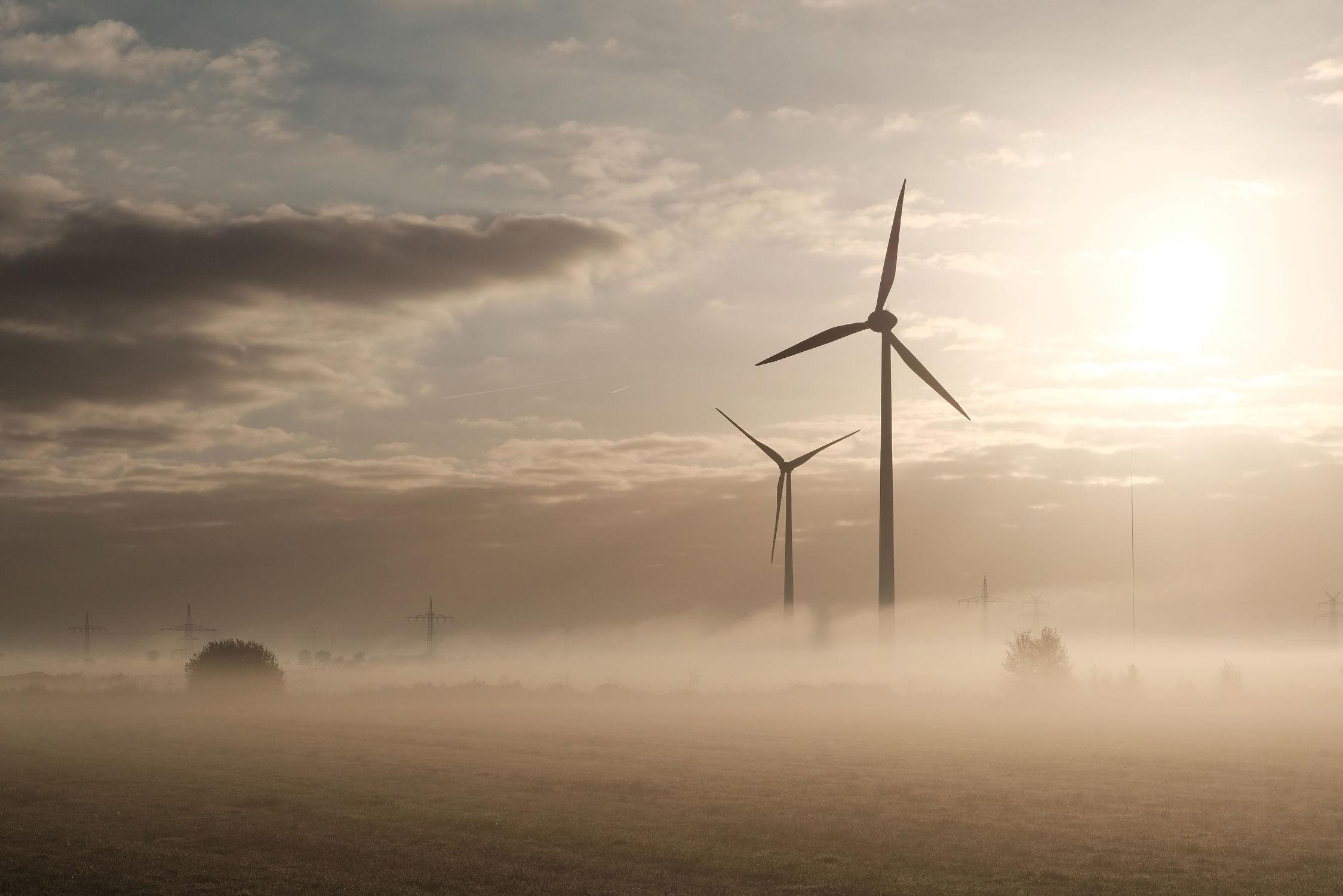 Bild mit Himmel, Wolken, Nebel, Windmühlen, Felder, Kälte, Frost, Wiesen, Sonnenlicht, Wärme, Windräder, Strom, Überlandleitungen, Öko