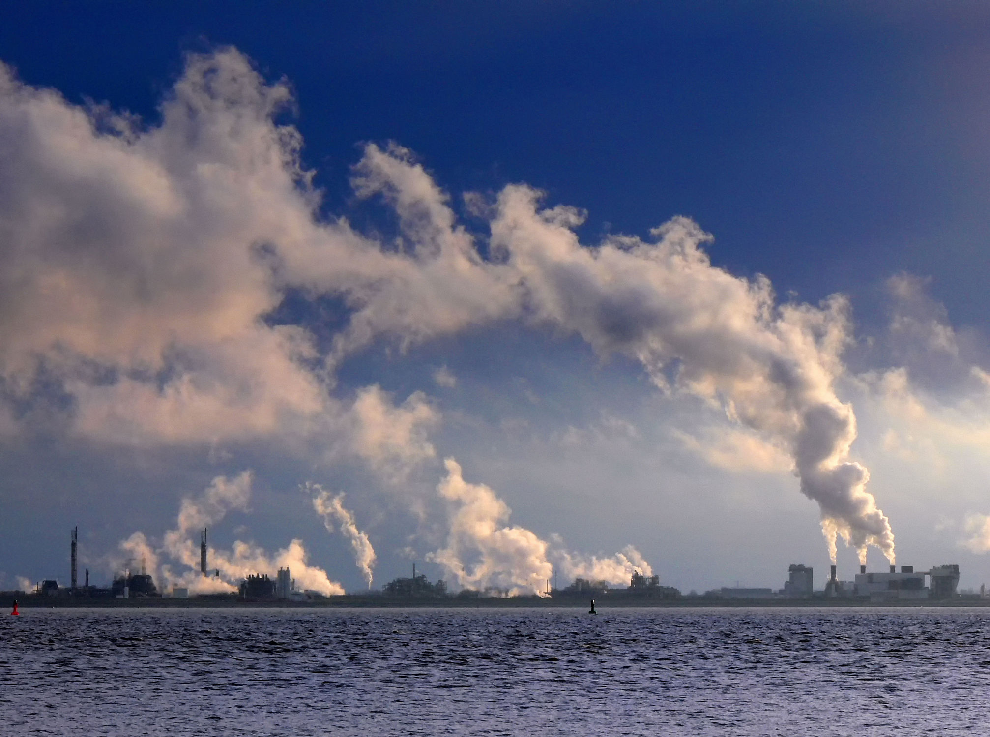Bild mit Wasser, Himmel, Emden, Ostfriesland, Dollart, Ems, Holland, Rauchgase, Wasserdampf, Kraftwerke, Industriegebiet, Knock