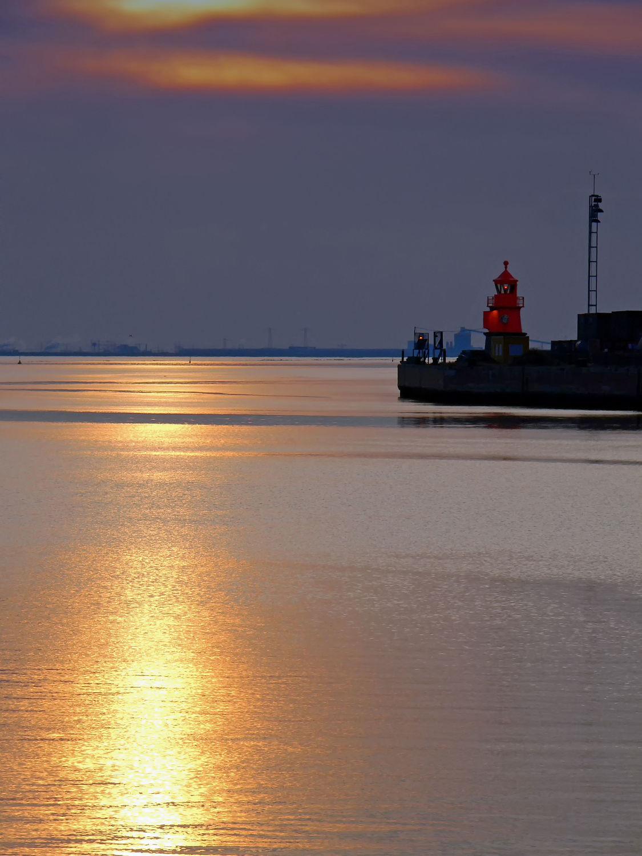 Bild mit Wasser, Himmel, Wolken, Sonnenuntergang, Meer, Wattenmeer, Emden, Ostfriesland, Abendsonne, Leuchtturm, Dollart, Außenhafen, Wolkenfront