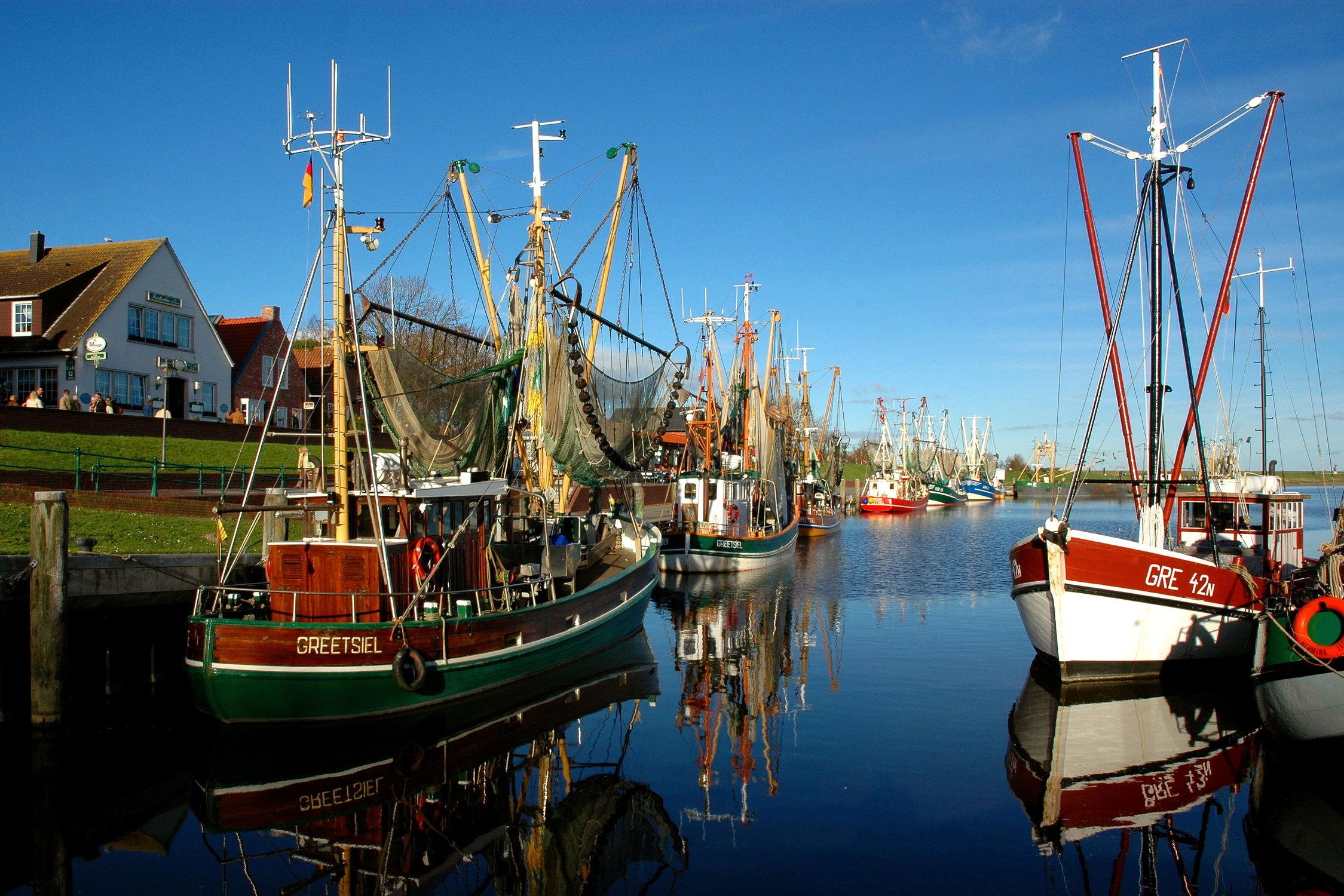 Bild mit Gewässer, Schiffe, Häfen, Häfen, Meer, Krabbenkutter, Netze, Abendstimmung, Krummhörn, Greetsiel, Binnenhafen, Deiche, Mole