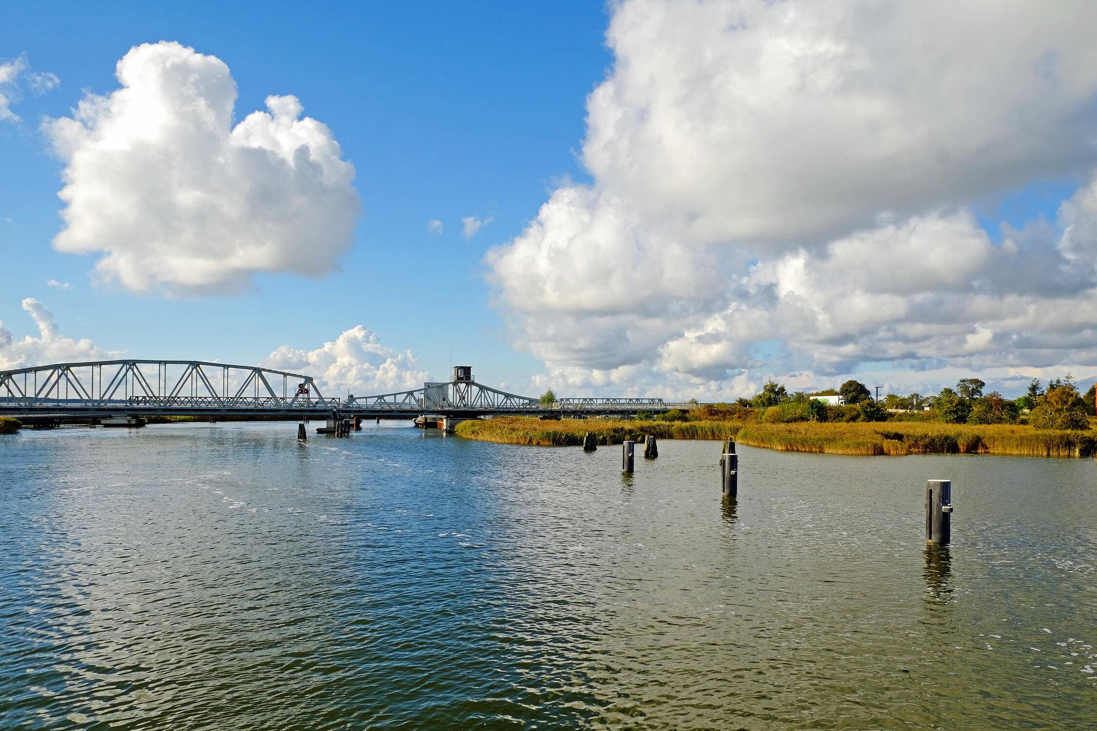 Bild mit Schifffahrt, Eisenbahn, Abendlicht, Bodden, Zingst, Klappbrücke