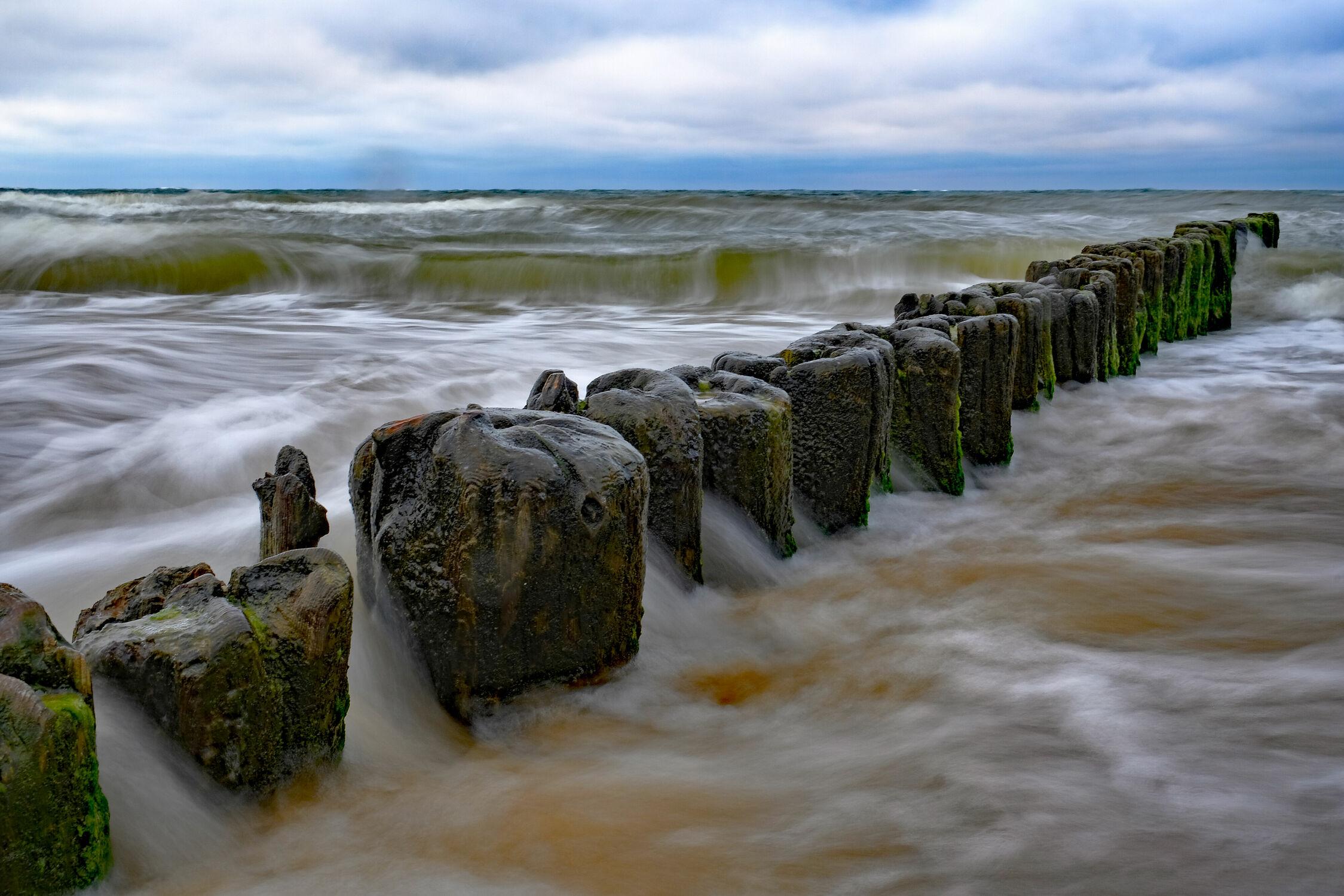 Bild mit Wellen, Ostsee, See, Buhnen, Ostseeküste, Stürmisch, Polen, Wogen