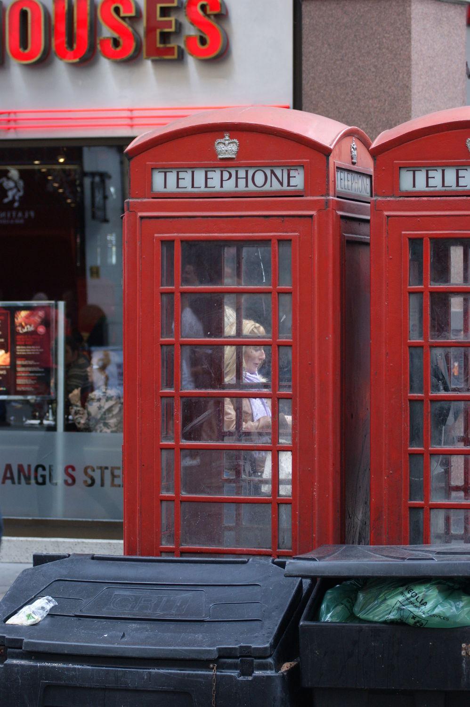 Bild mit Städte, London, Stadt, City of London, City, Stadtleben, Grossstadt, Megacity, rote Telefonzelle, Telefonzelle, Londoner Stadtleben, Telefonzellen, rote Telefonzellen, telephone booth, telephone box