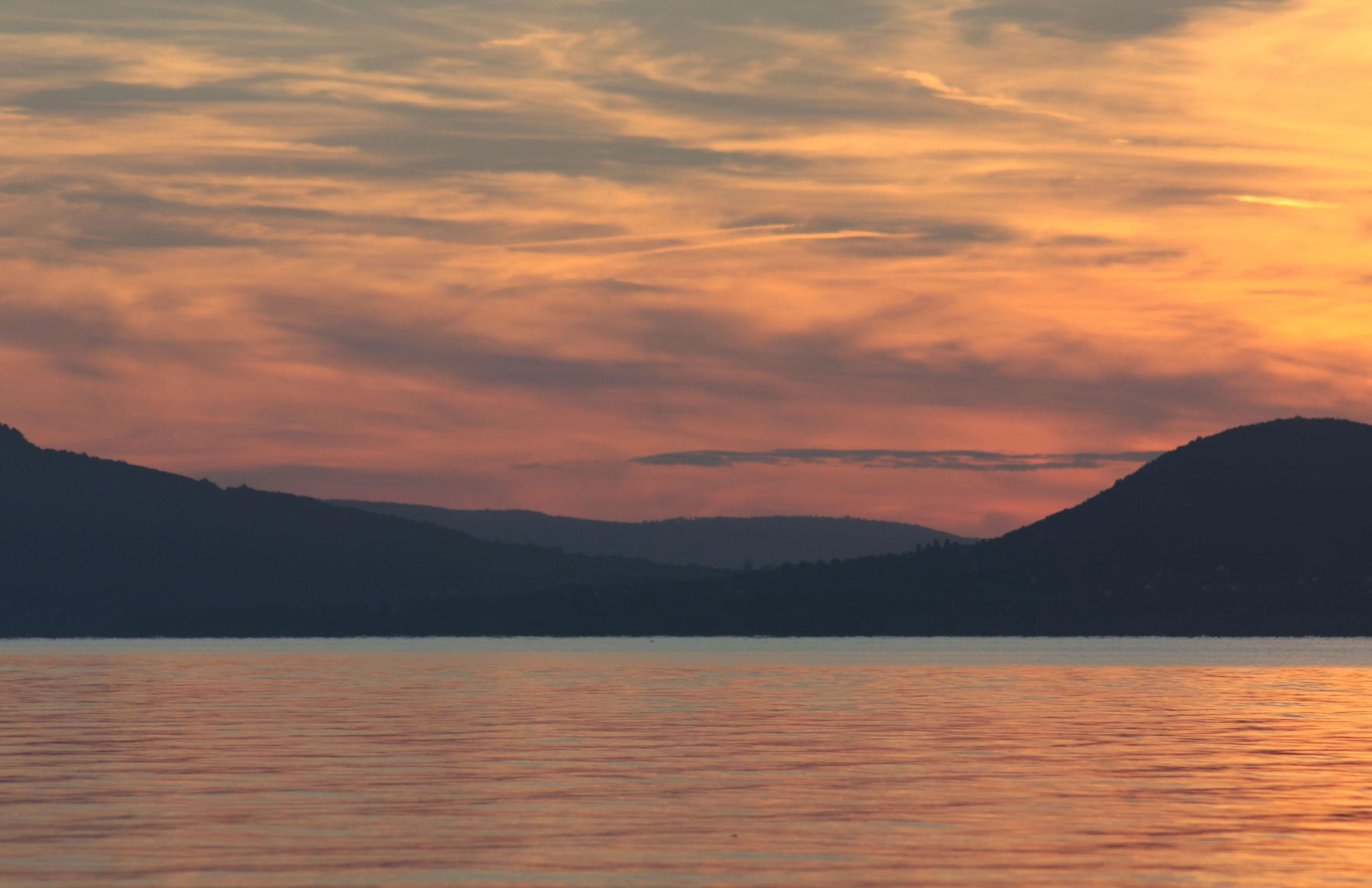 Bild mit Berge und Hügel, Berge, Gewässer, Seen, Sonnenuntergang, Sonnenaufgang, Sonne, Bergsee, See, berg