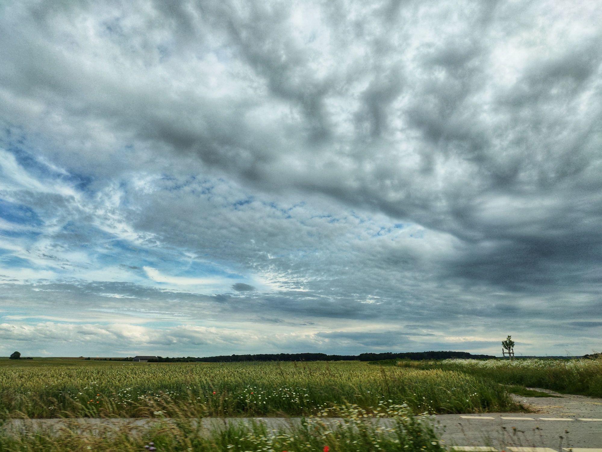 Bild mit Grün, Landschaften, Himmel, Wolken, Wolken, Wege, Weg, Wolkenhimmel, Landschaft, Wolkengebilde, Sky, Wolken am Himmel, Wolken am Himmel, Feld, WOHNEN, Fotografie, Büro, Küche, Leinwand, franken, Wolkig, pfad