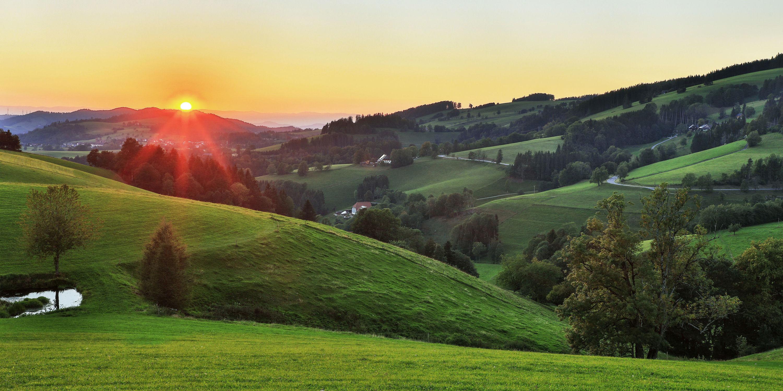 Bild mit Natur, Landschaften, Himmel, Hügel, Sonnenuntergang, Sonnenaufgang, Abendrot, Sonnen Himmel, Natur und Landschaft, Abendlicht, Abendsonne, Abendstimmung, schwarzwald, hochschwarzwald, hügelig, atmosphere