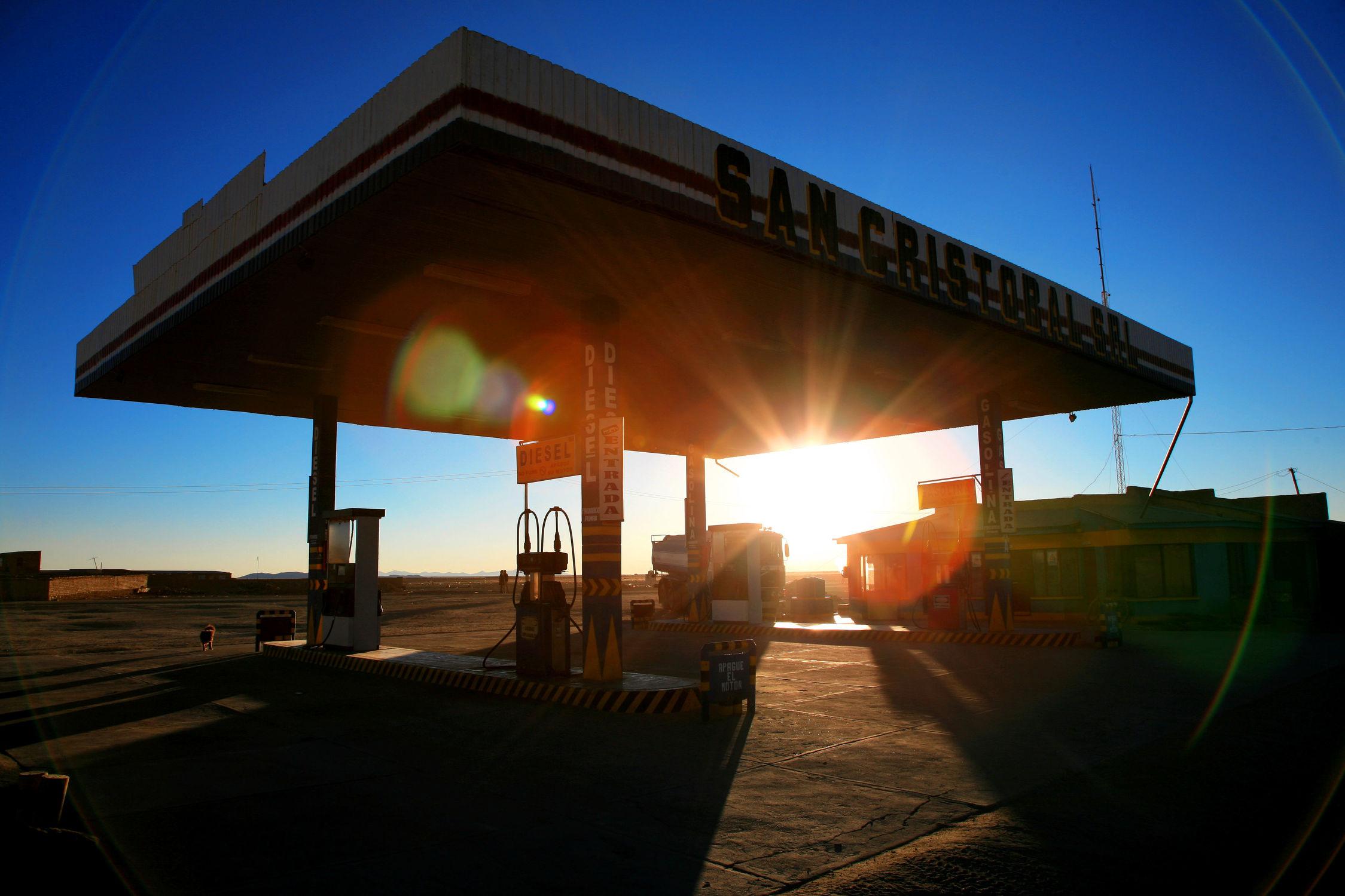 Bild mit Fahrzeuge, Autos, USA, Auto, car, cars, Petrol Station, Tankstelle, tankstellen, fahrzeug, Tank, Tanken