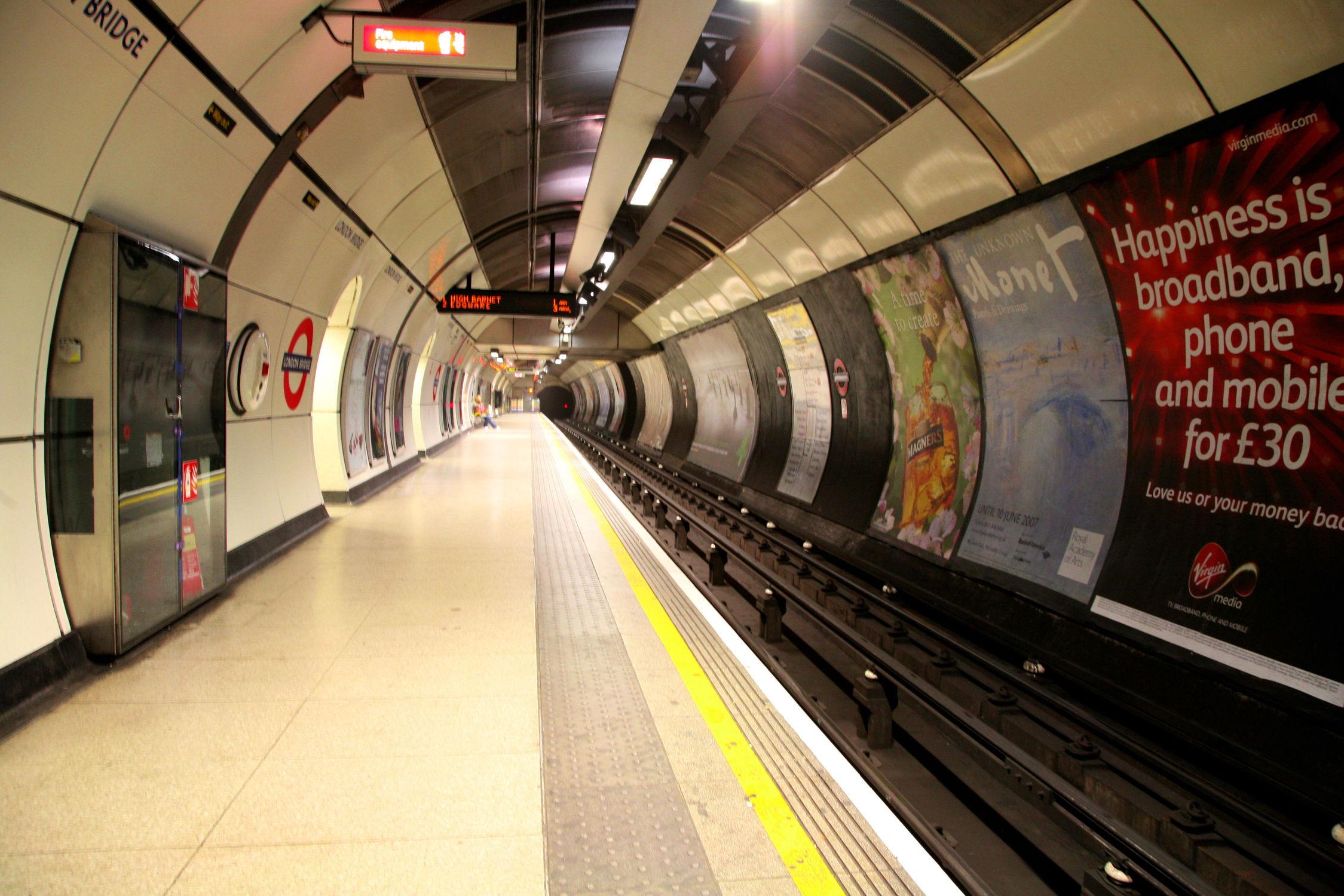 Bild mit Städte, London, Stadt, City, Bahn, Stadtleben, Bahnen, Rolltreppe, Rolltreppen, London Underground