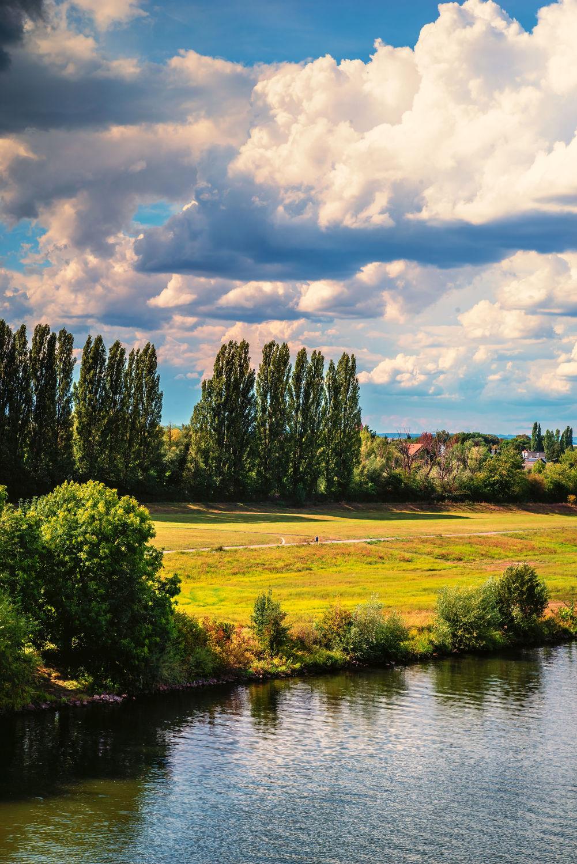 Bild mit Landschaften, Himmel, Bäume, Jahreszeiten, Wetter, Wolken, Sommer, Licht, Ruhe, Entspannung, Felder, Erholung, Wiesen, Fluss, main, Relaxen, Schatten, Einsam, aussicht, point of view, Klima, Weiter
