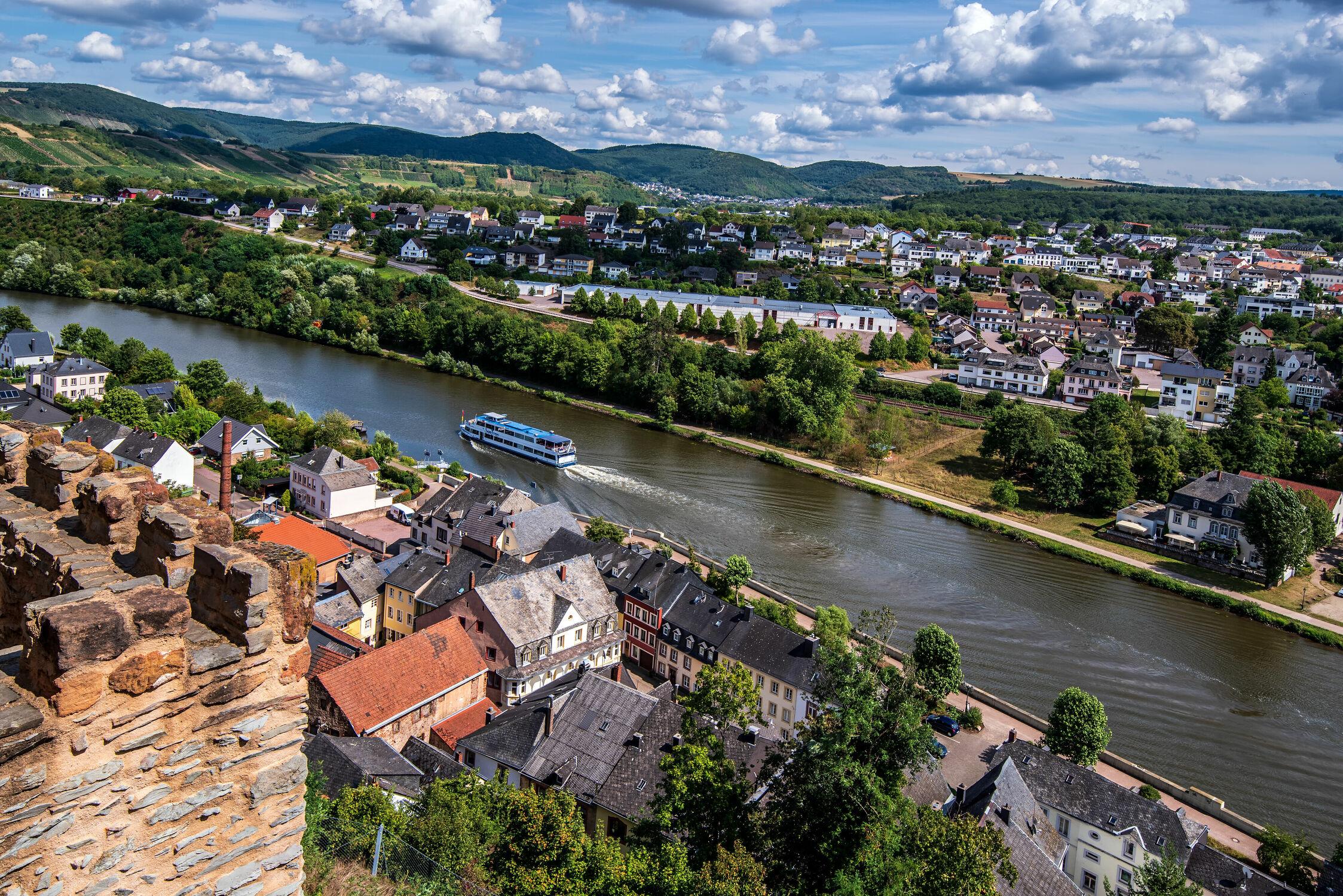 Bild mit Orte, Landschaft, Weitblick, Schifffahrt, Weinberge, Fluss, Strom, Eifel, Saarburg, Saar