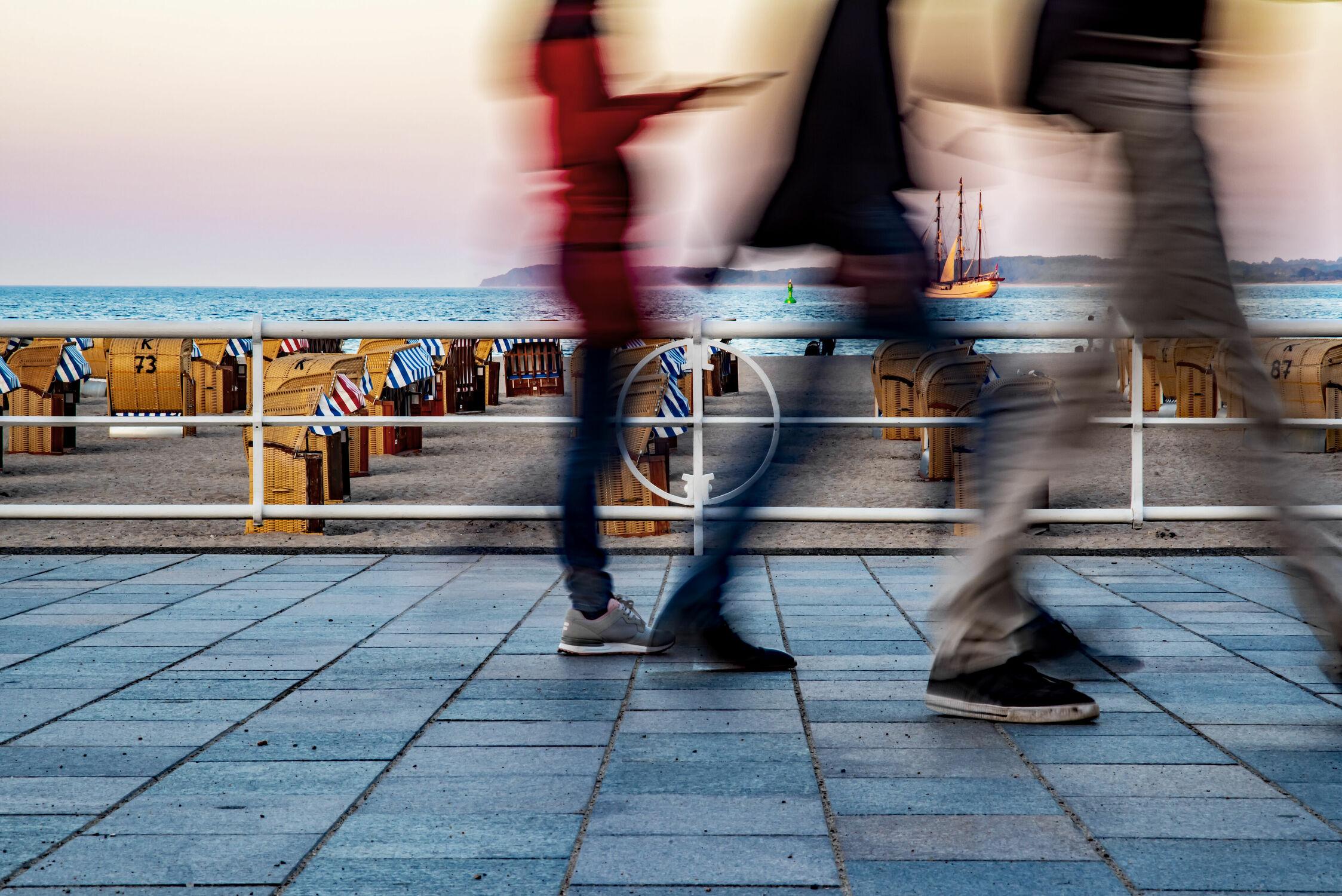 Bild mit Sommer, Strand, Strandkörbe, Ostsee, Promenade, LZB, Fussgänger, Urlauber, eilig, schnell