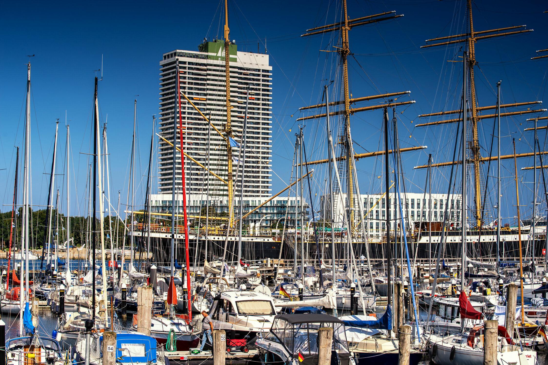 Bild mit Jahreszeiten, Architektur, Sommer, Schiffe, Ostsee, Meer, Boote, Yachthafen, Travemünde, Trave