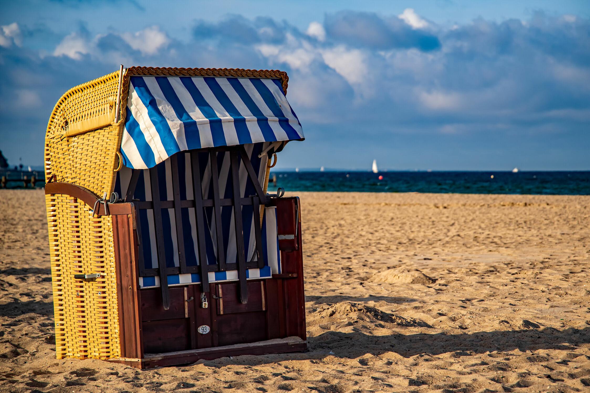 Bild mit Weiß, Rot, Sand, Urlaub, Blau, Strand, Strandkörbe, Ostsee, Küste, Bunt