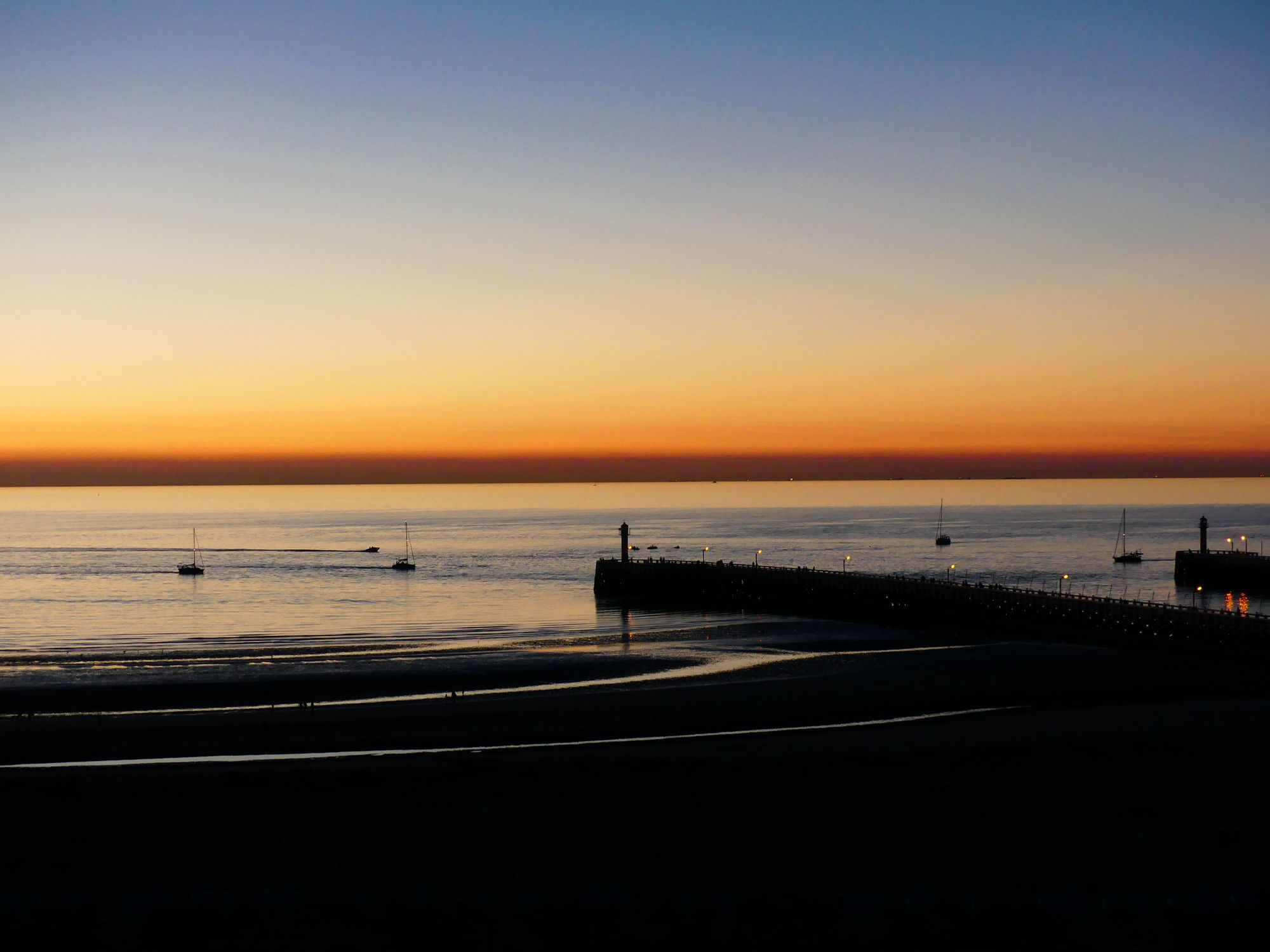 Bild mit Sonnenuntergang, Segelboote, Meer, Küste, Nordseeküste, Leuchtturm, Belgien