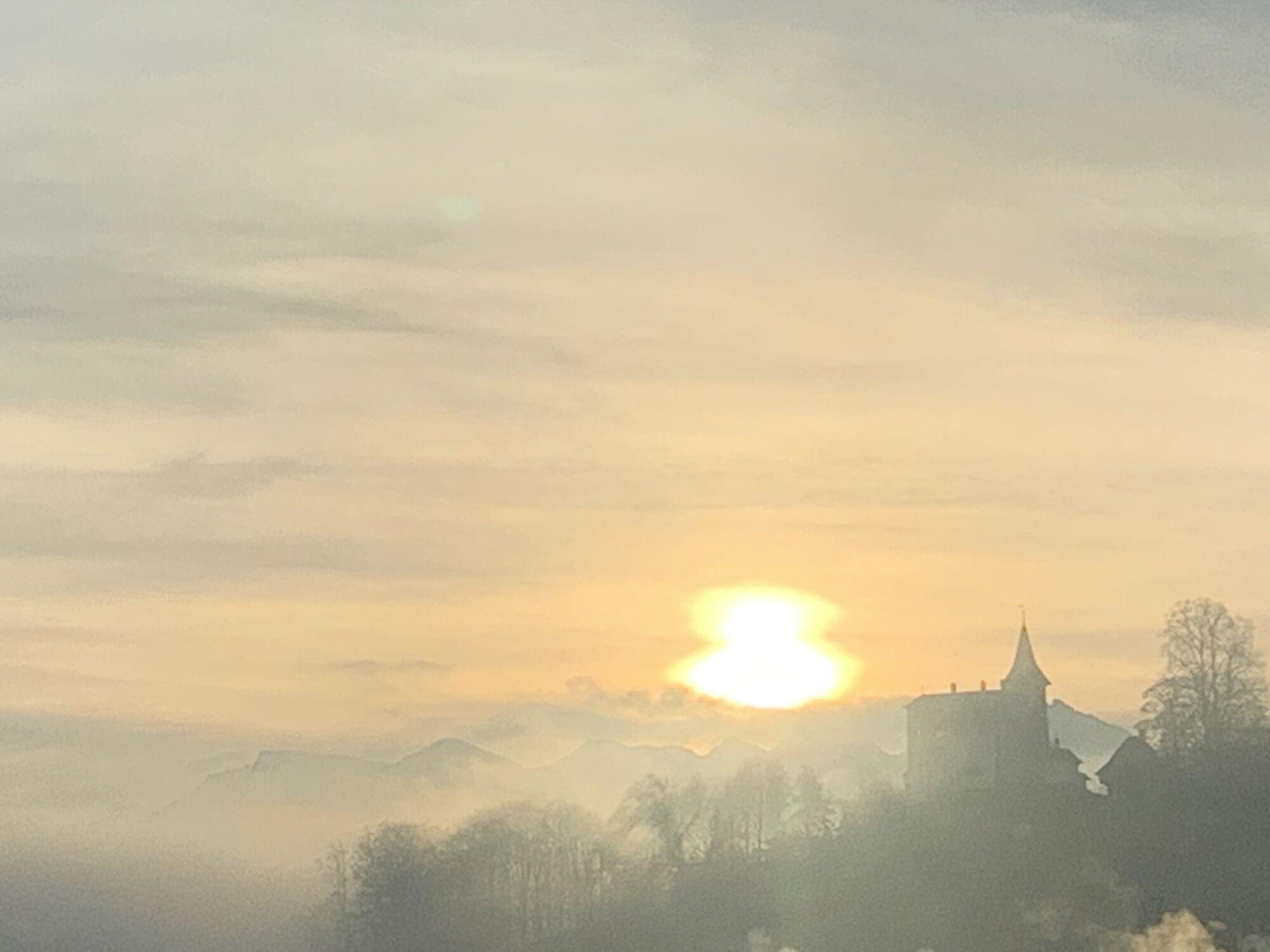 Bild mit Sonnenuntergang, Nebel, Schloss