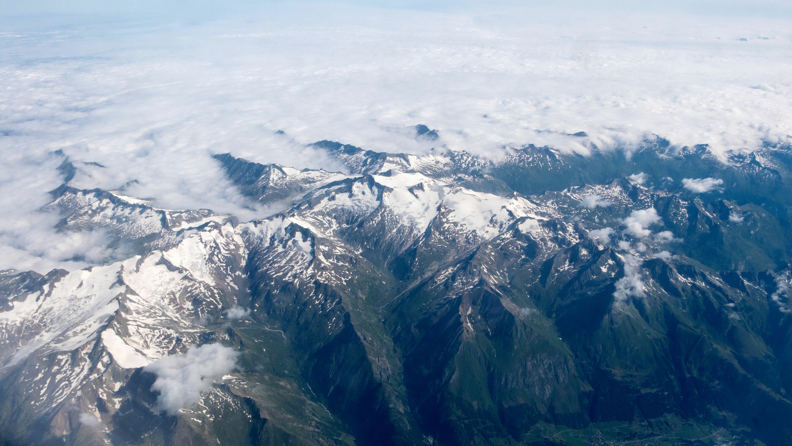 Bild mit Natur, Täler, Schnee, Wälder, Alpen, Gebirgskette, Alpen Panorama, Wolkenhimmel Panorama, Berggipfel