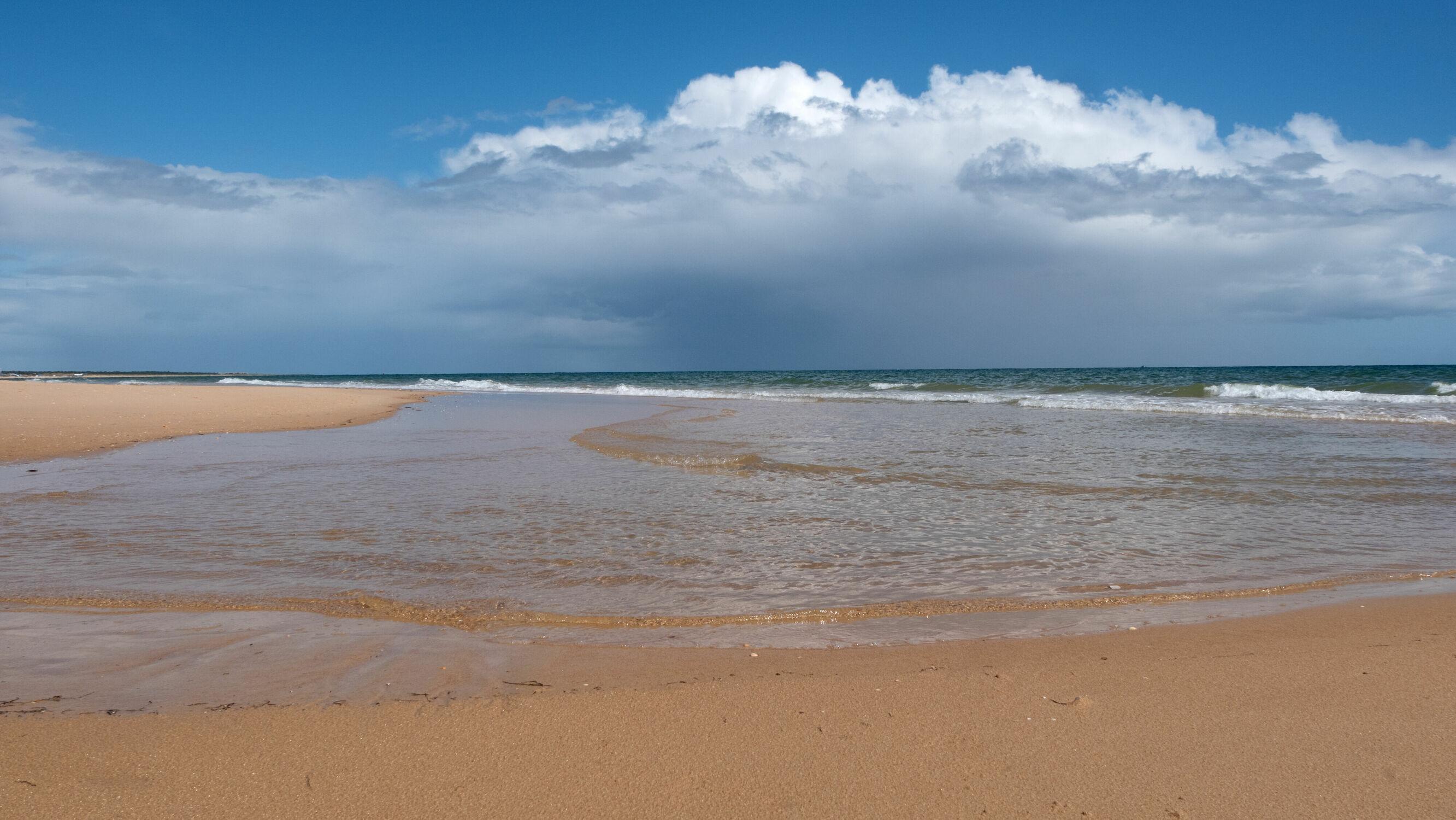 Bild mit Natur, Frühling, Brandung, Sandstrand, Wolkenhimmel, Atlantik, Portugal, Wellen Ozean, Algarve