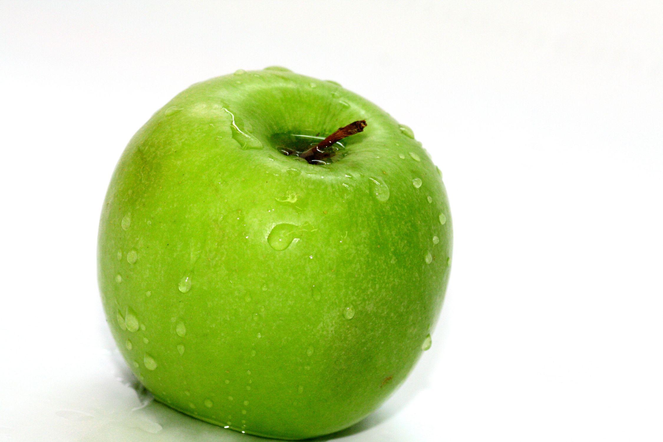 Bild mit Farben, Gegenstände, Natur, Grün, Pflanzen, Früchte, Lebensmittel, Essen, Frucht, Kulturapfel, Obstart, Nahrungsmittel, Apfel mit Wassertropfen, nasser Apfel, Apfelbild, Malus, grüner Apfel, grüne Äpfel, Küchenbild, Apfel, Apfel