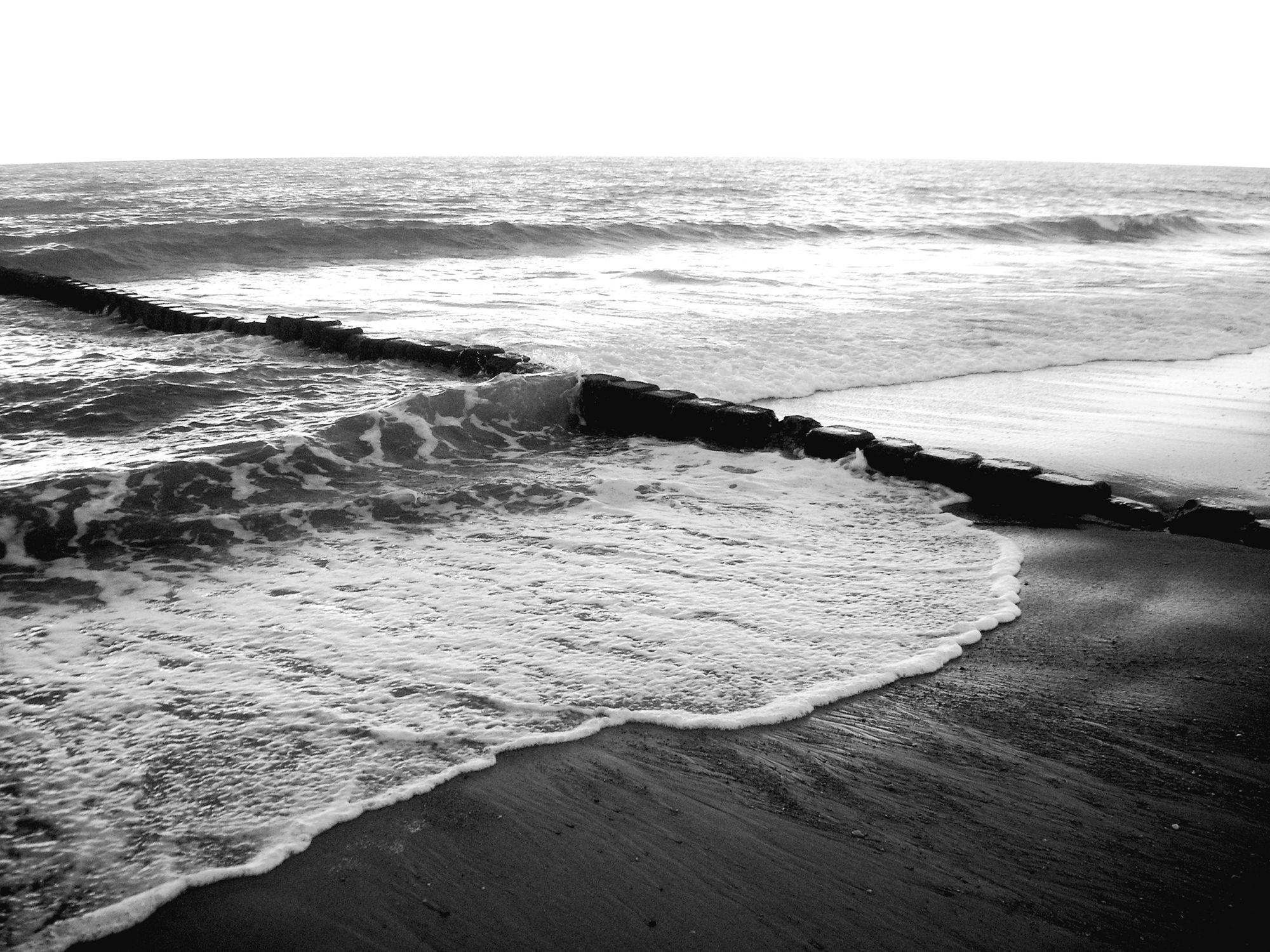 Bild mit Farben, Gegenstände, Natur, Elemente, Wasser, Landschaften, Himmel, Gewässer, Küsten und Ufer, Weiß, Materialien, Meere, Strände, Horizont, Brandung, Wellen, Stein, Sand, Schwarz