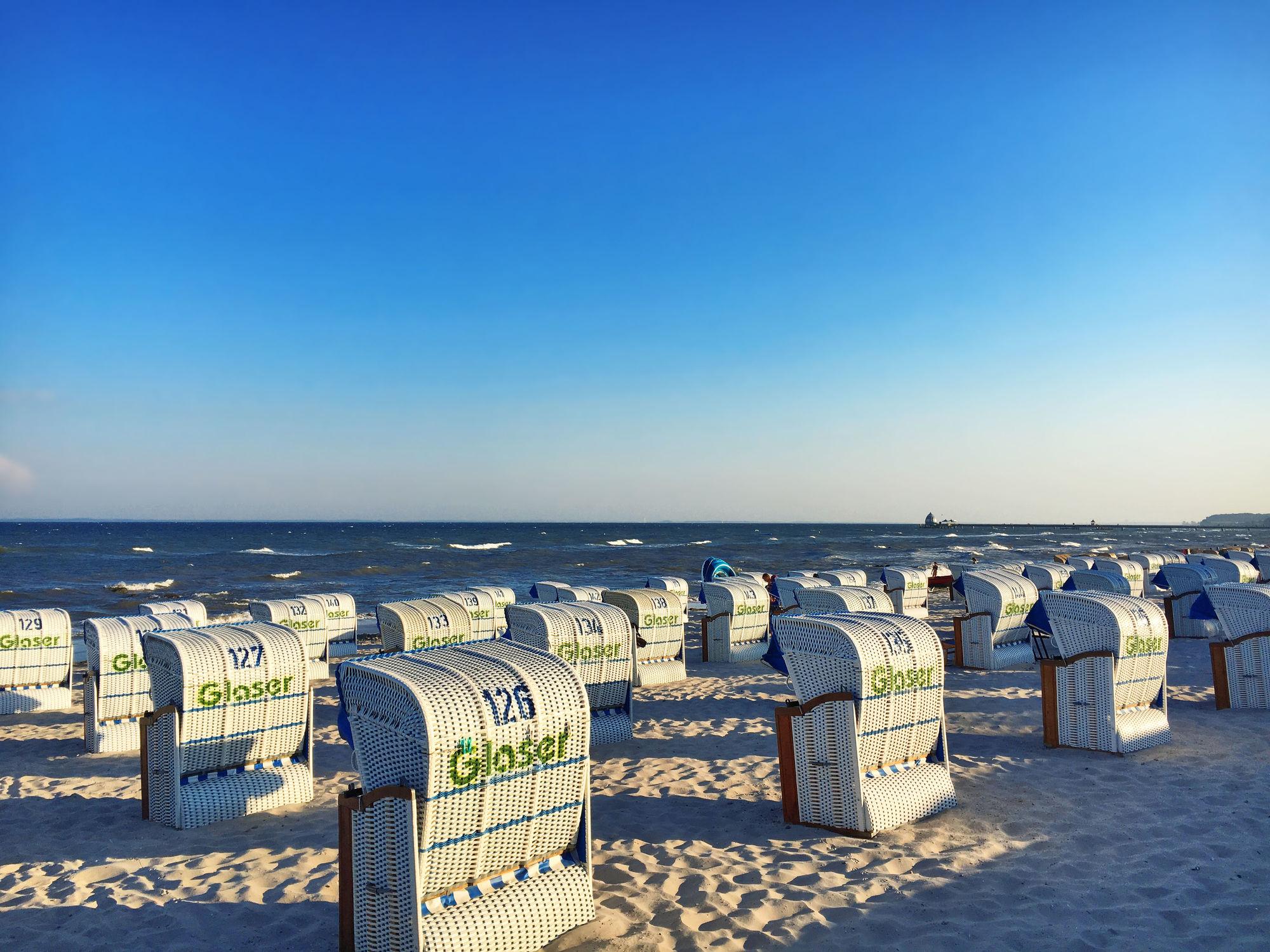 Bild mit Himmel, Sand, Urlaub, Strand, Strandblick, Meerblick, Strandkörbe, Ostsee, Lübecker Bucht, Grömitz, Meer, Strandkorb, Schleswig, Holstein, Ostholstein