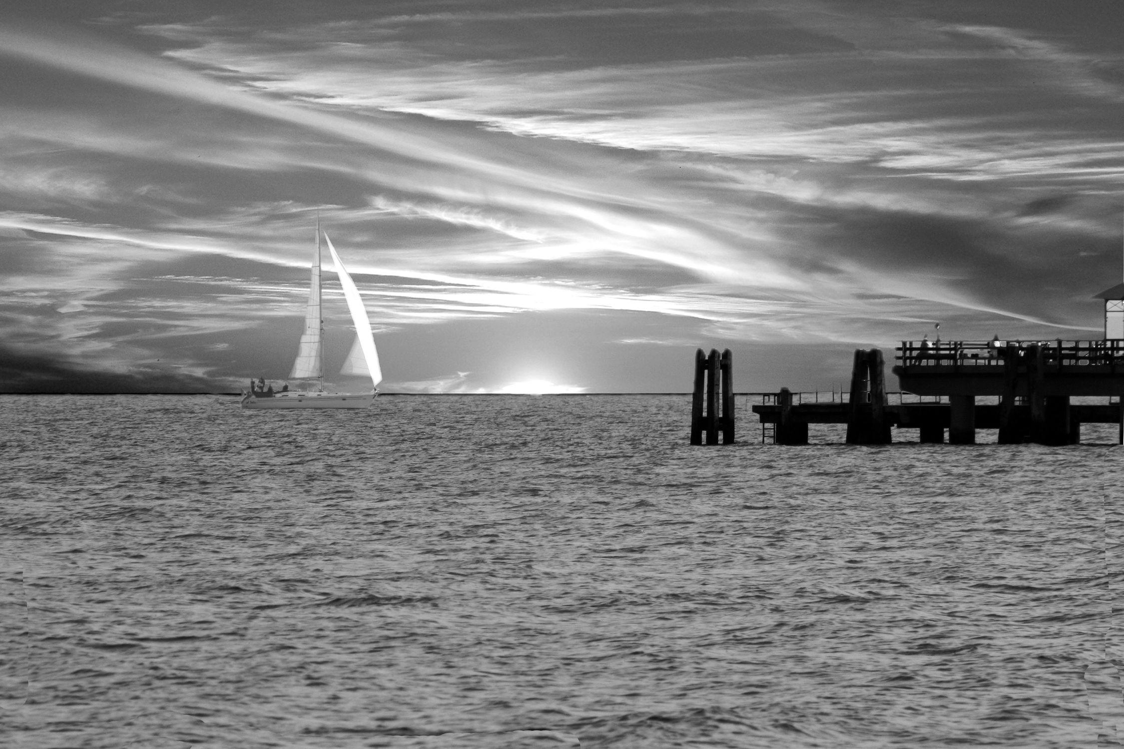 Bild mit Natur, Wasser, Landschaften, Himmel, Wolken, Gewässer, Weiß, Orte, Meere, Horizont, Siedlungen, Städte, schwarz weiß