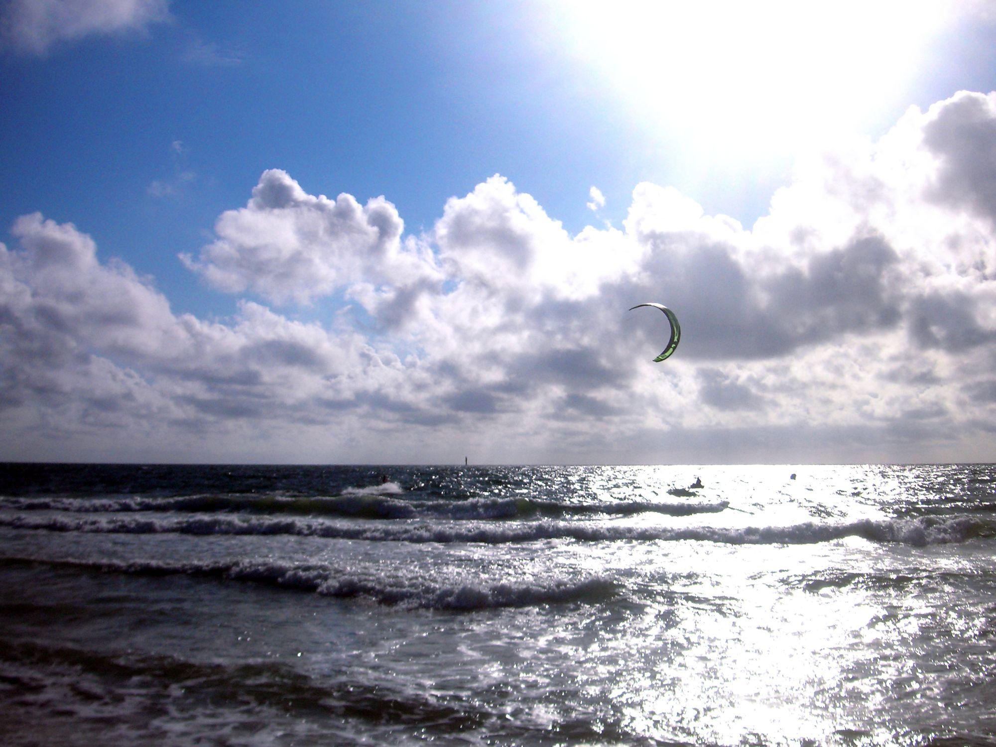 Bild mit Natur, Elemente, Wasser, Landschaften, Himmel, Wolken, Gewässer, Küsten und Ufer, Meere, Strände, Horizont, Brandung, Wellen, Aktivitäten, Urlaub, Tageslicht, Sport, Wassersport, Surfen, Kitesurfen