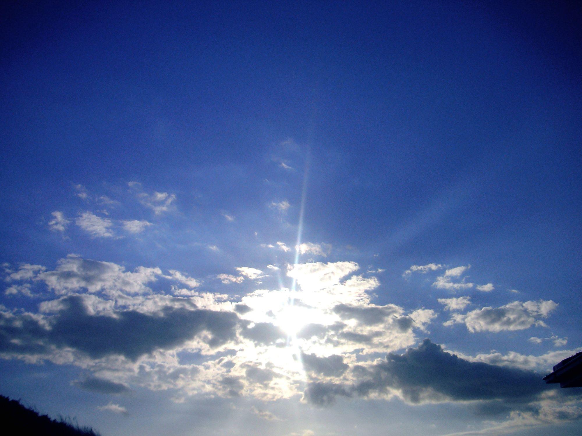 Bild mit Natur, Himmel, Wolken, Horizont, Tageslicht, Sonne, Wolkenhimmel, Wolkengebilde, Sky, Blauer Himmel, Wolkenstruktur, Sky view, Himmelsblick, Wolkenblick