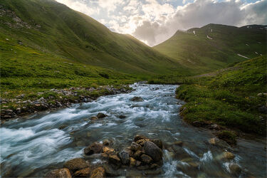 Bild mit Berge, Sonnenaufgang, Landschaft, Steine, Wiese, Licht, Gebirge, Fluss, Schweiz, Bachlauf