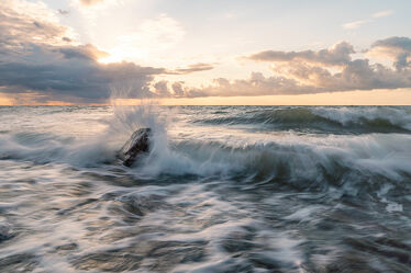 Bild mit Wasser, Wellen, Sonnenaufgang, Strand, Ostsee, Meer, Steine, Klippen, sturm, Sonnenuntergang am Meer