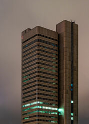 Bild mit Architektur, Gebäude, Städte, urban, Skylines & Hochhäuser, Frankfurt am Main, City, Nacht, hochhaus, wolkenkratzer